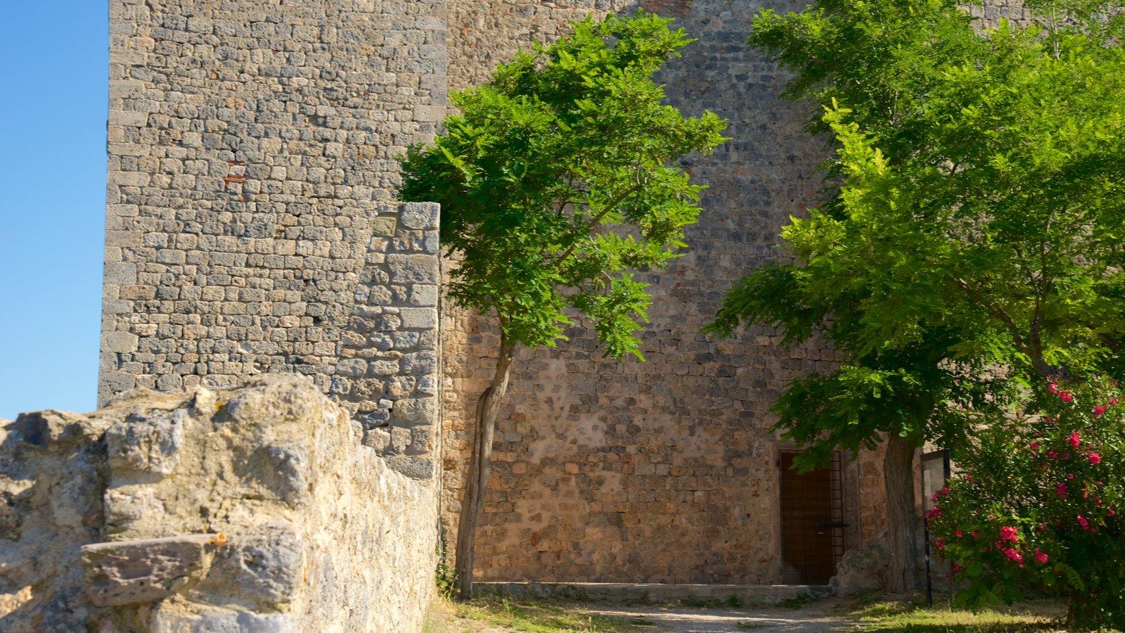 Talamone que inclui um pequeno castelo ou palácio