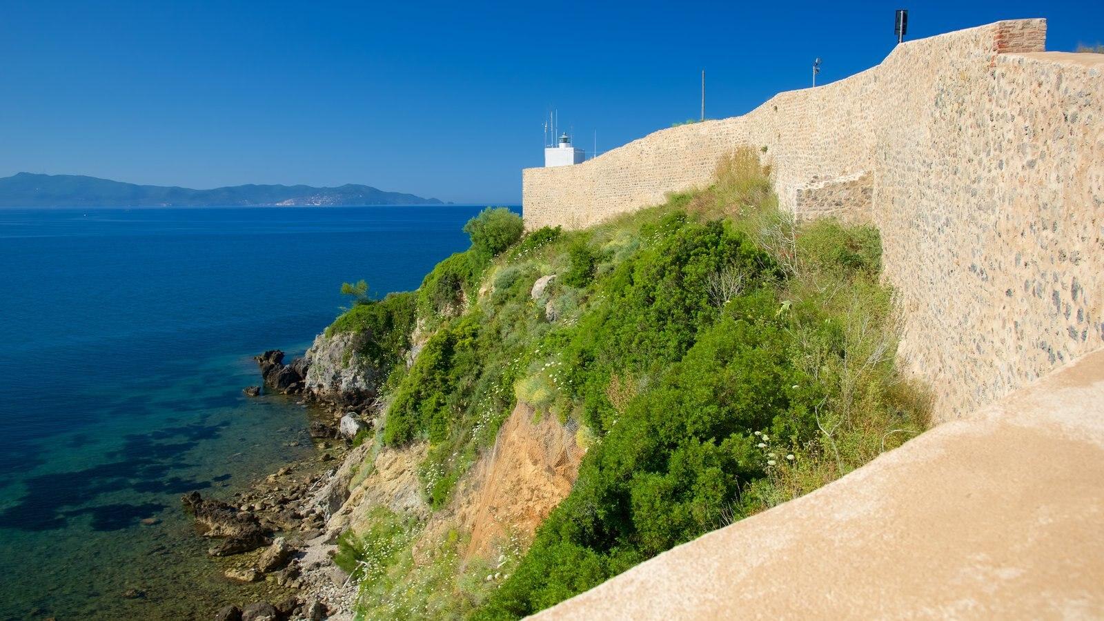 Talamone que inclui uma cidade litorânea e um castelo