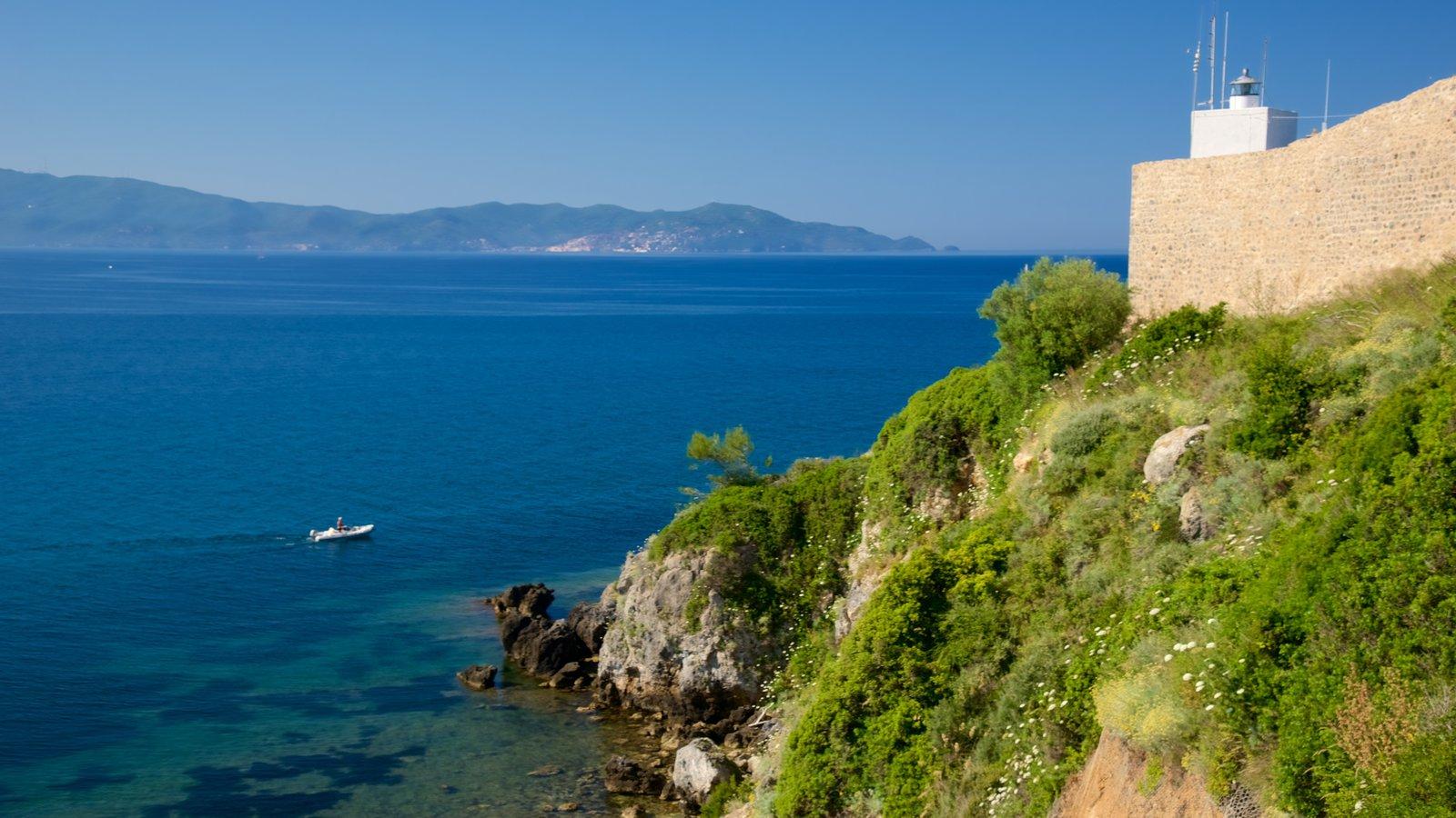 Talamone mostrando um castelo, paisagens litorâneas e uma cidade litorânea
