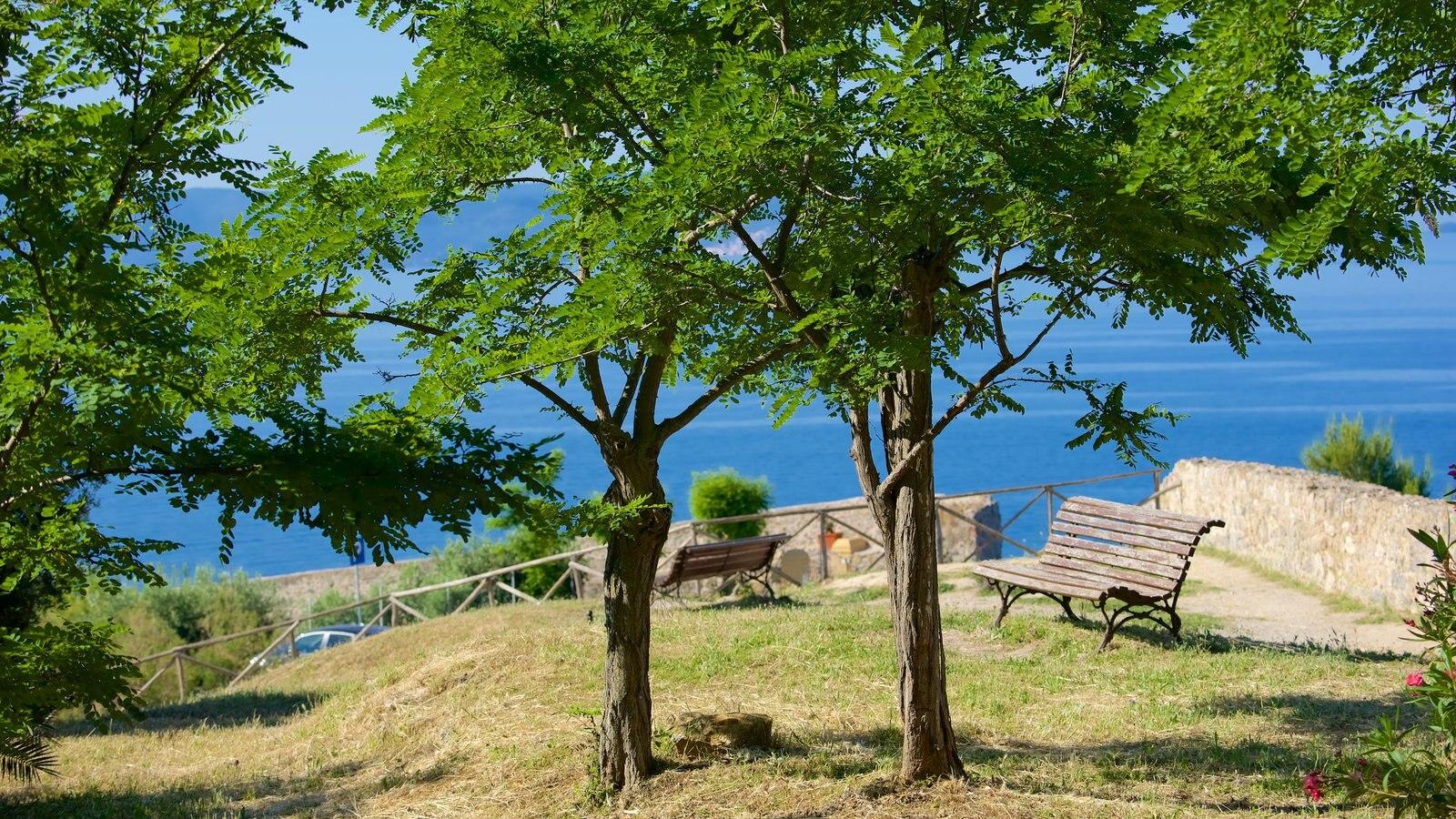 Talamone mostrando uma cidade litorânea e paisagens litorâneas