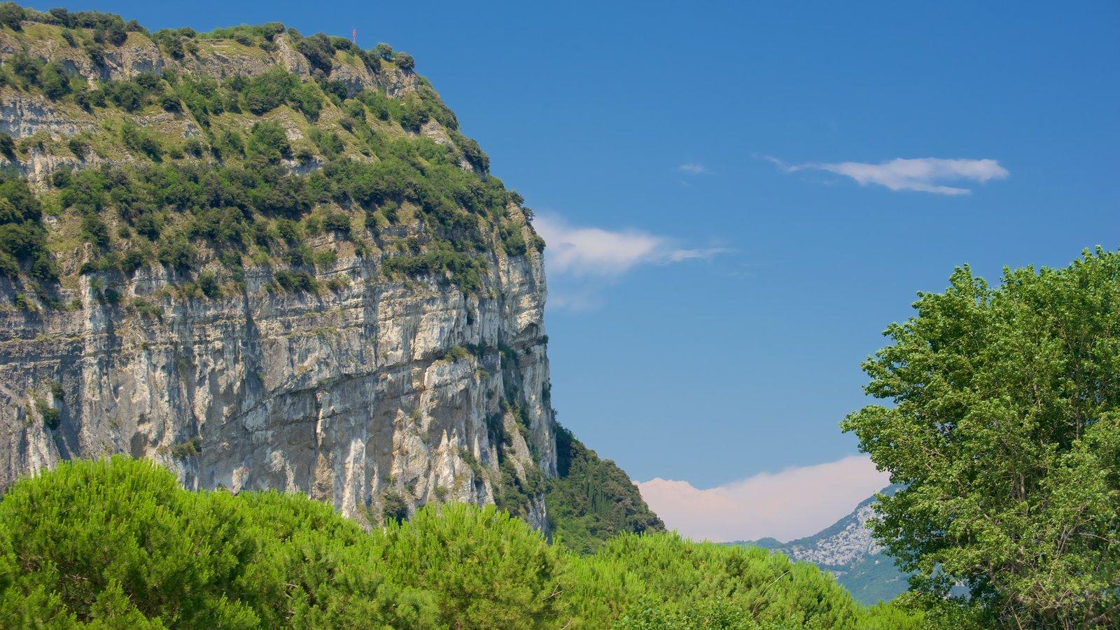 Nago-Torbole caracterizando montanhas e linha do horizonte