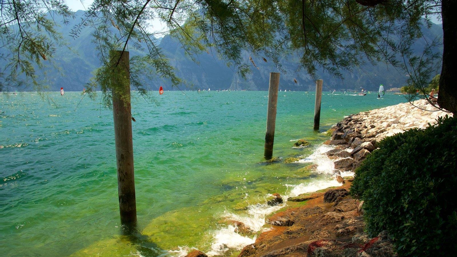Nago-Torbole caracterizando paisagens litorâneas e litoral acidentado