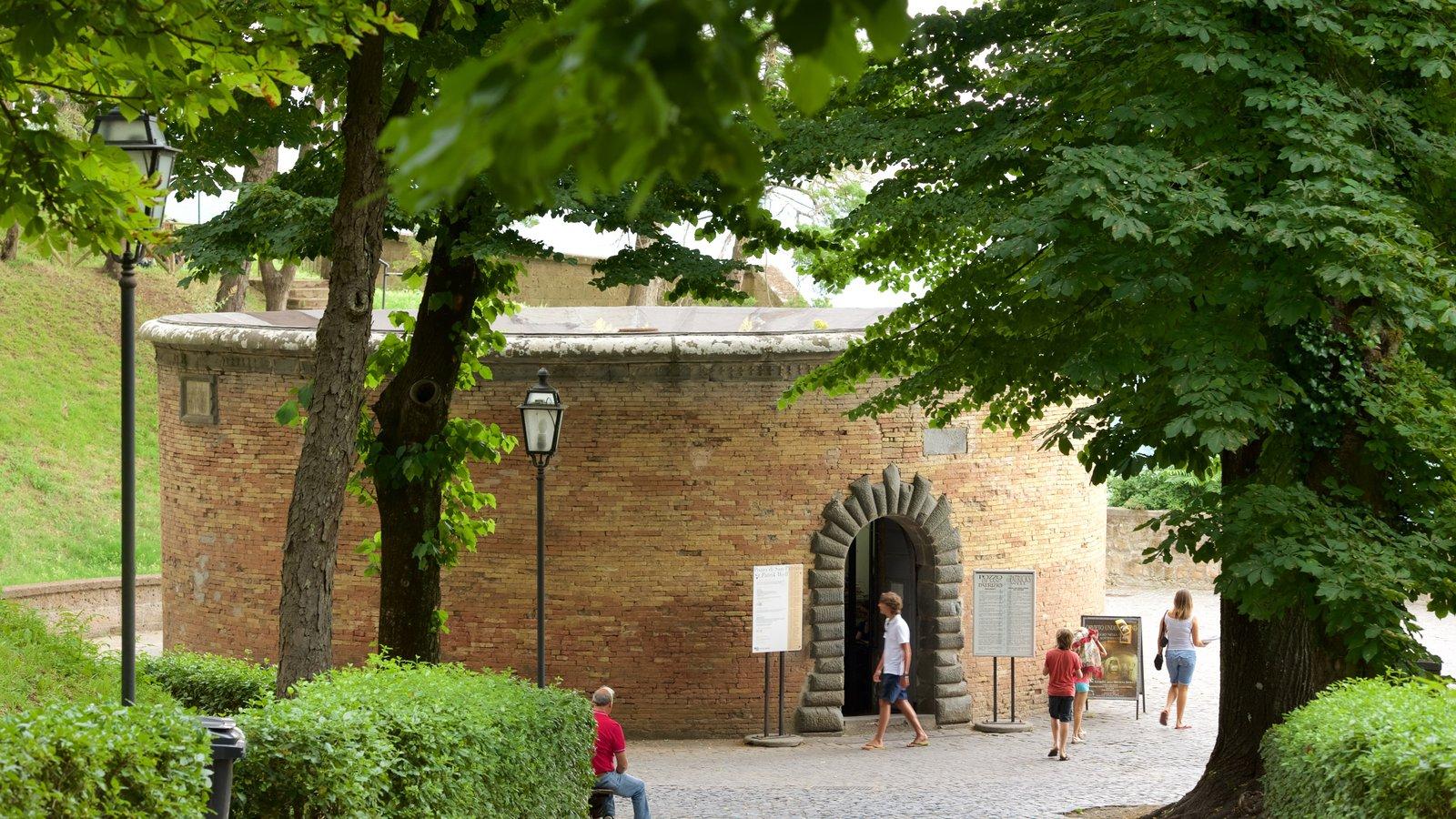 Poço de São Patrício mostrando arquitetura de patrimônio e elementos de patrimônio assim como um pequeno grupo de pessoas
