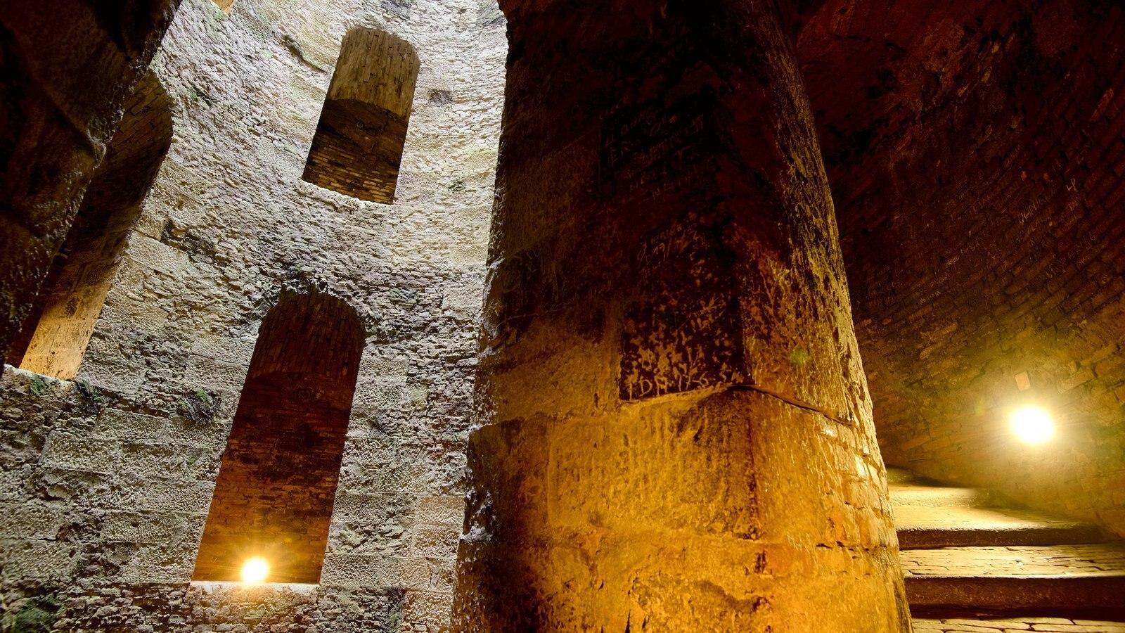 Poço de São Patrício que inclui vistas internas e arquitetura de patrimônio
