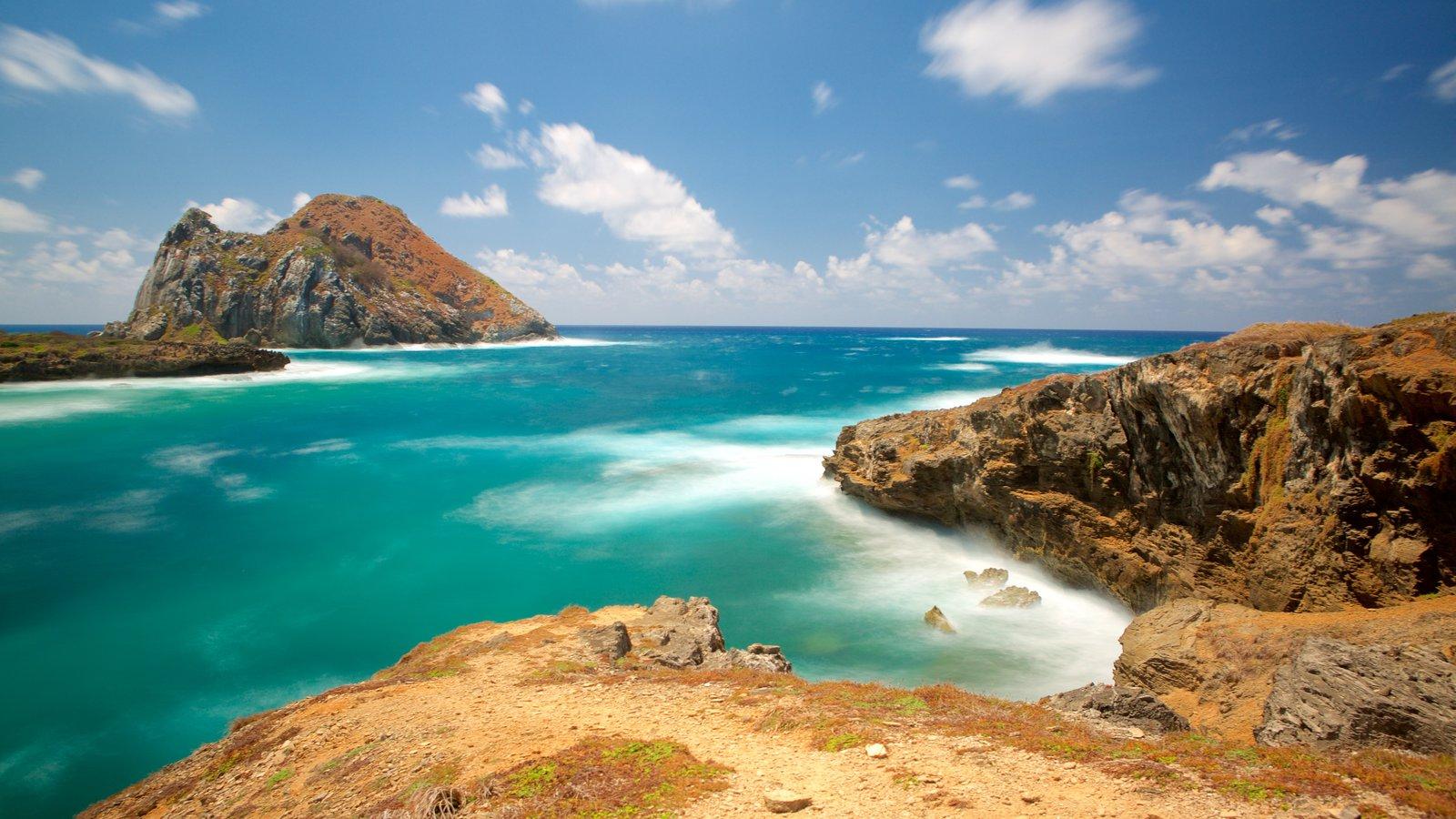 Fernando de Noronha caracterizando paisagem e litoral rochoso