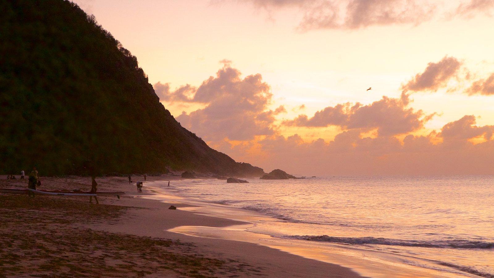 Praia da Conceição mostrando uma praia de areia e um pôr do sol