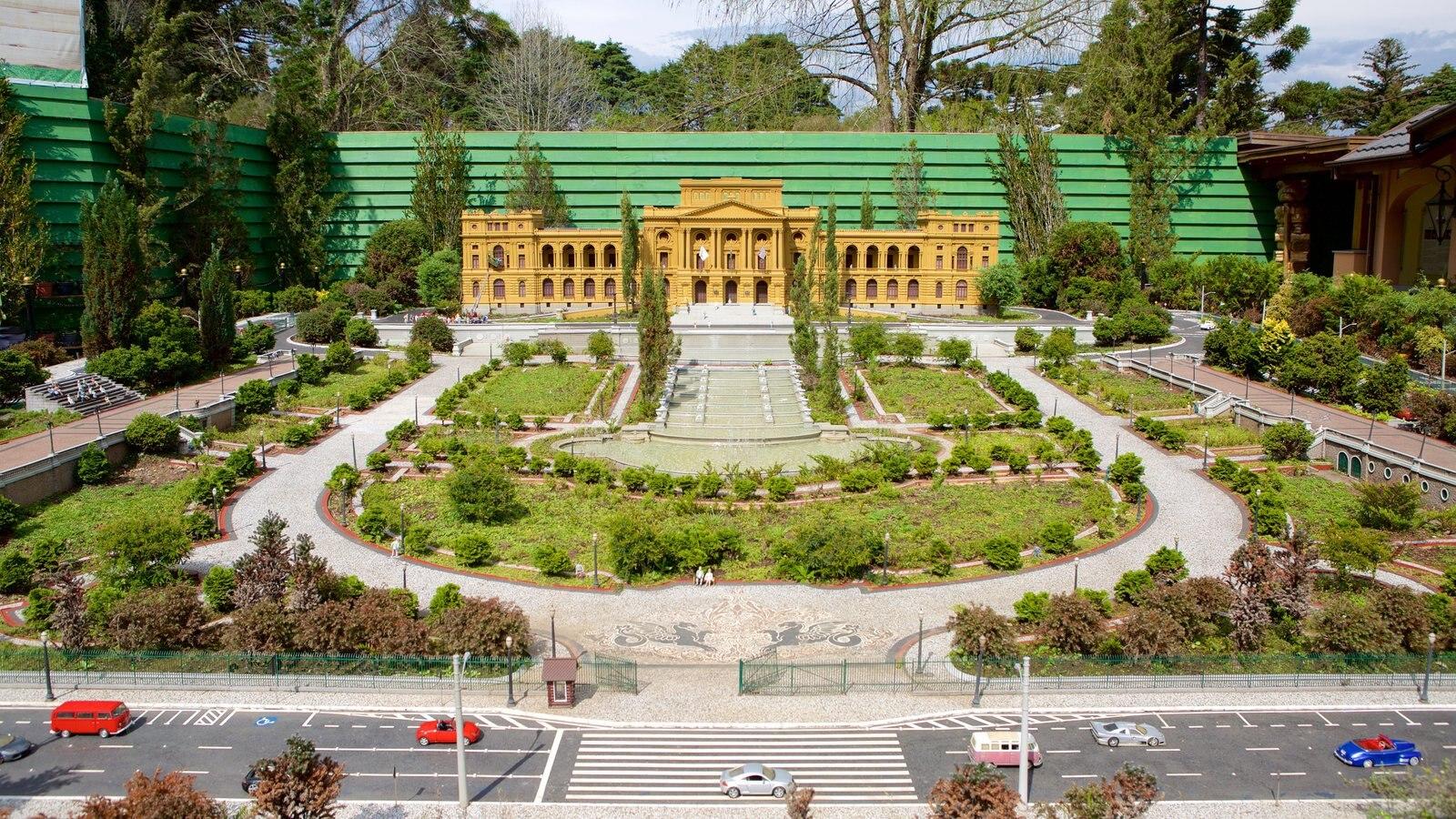 Mini Mundo mostrando arquitetura de patrimônio e um parque