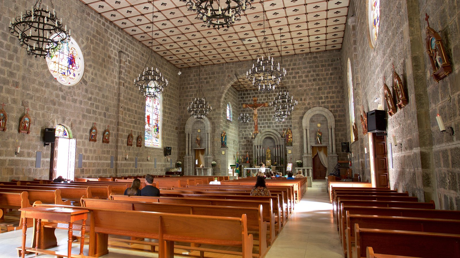 Paróquia de São Pedro Apóstolo mostrando vistas internas e uma igreja ou catedral