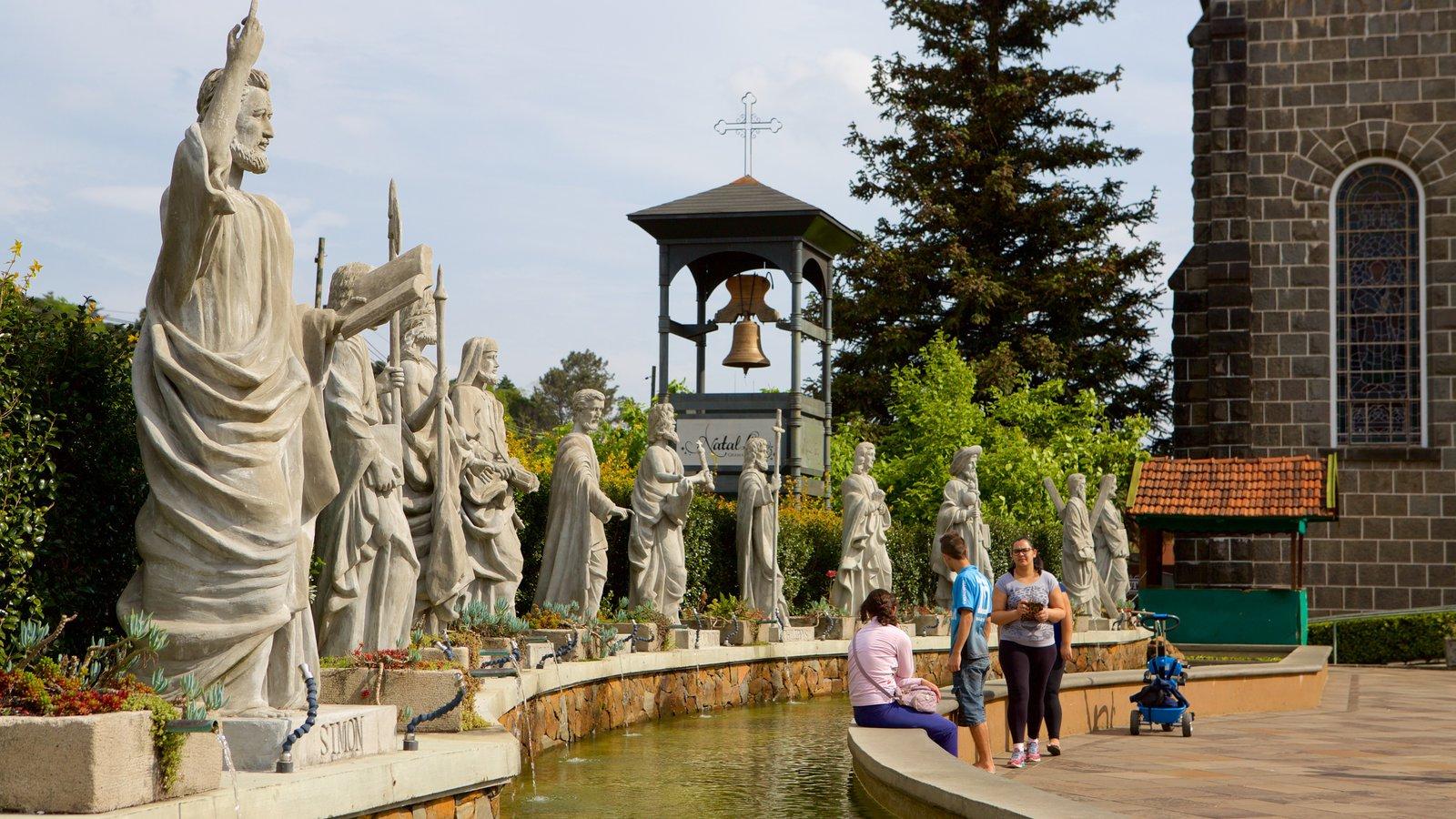 Paróquia de São Pedro Apóstolo mostrando elementos religiosos, uma estátua ou escultura e um lago