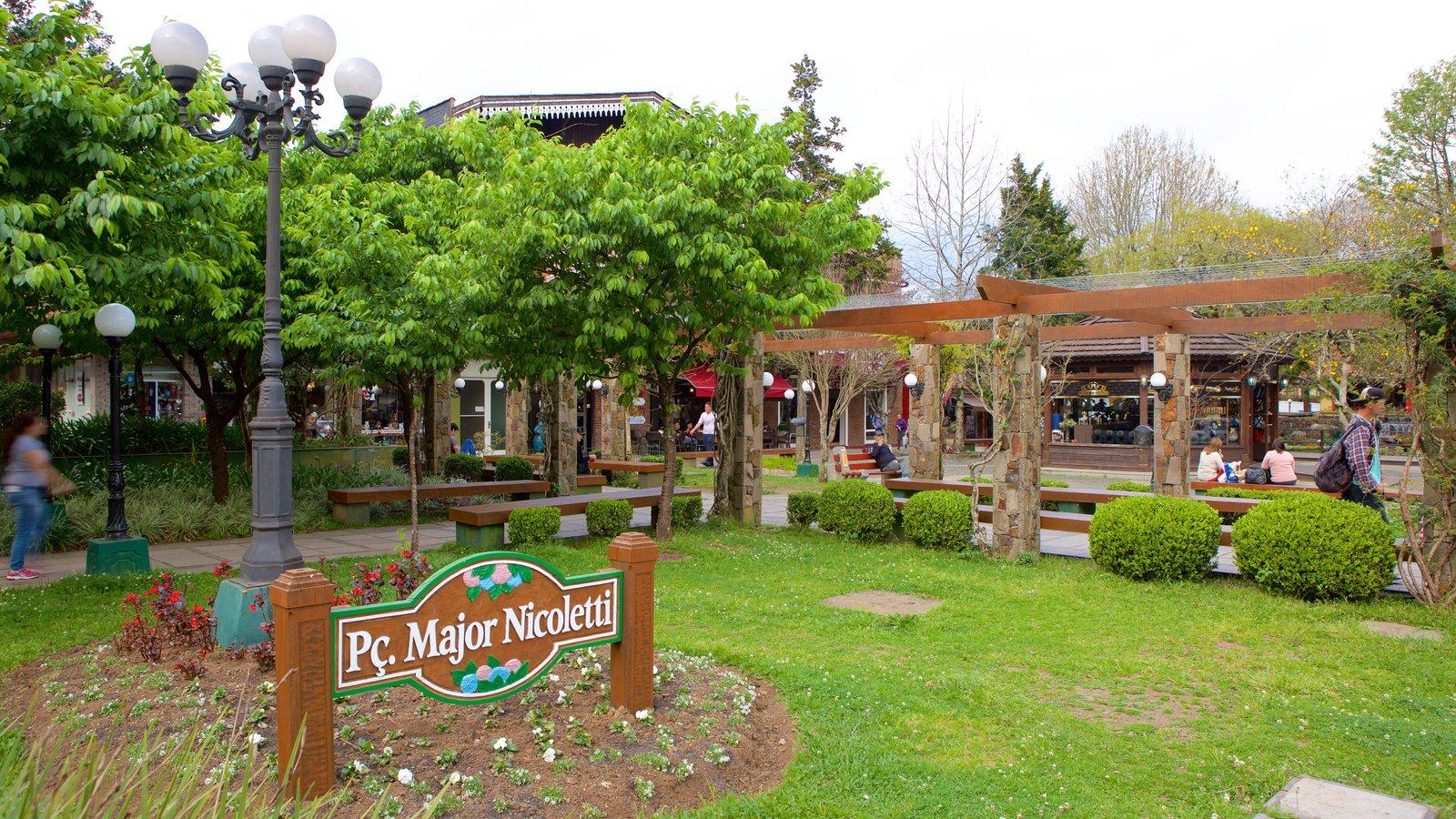 Praça Major Nicoletti que inclui um parque