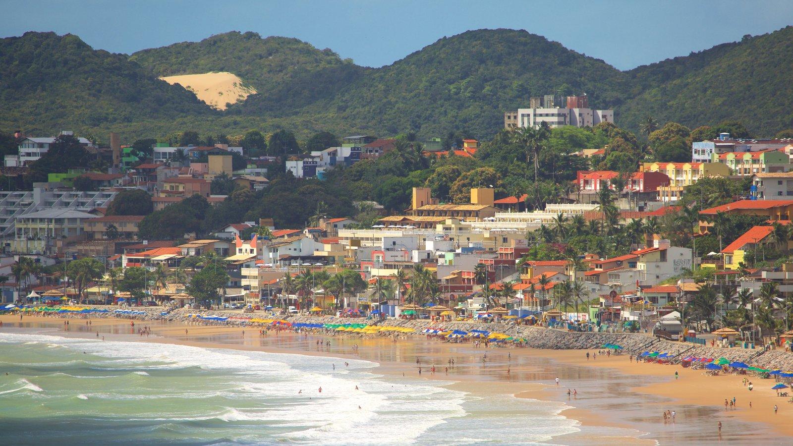 Praia de Ponta Negra que inclui uma cidade litorânea, uma praia de areia e natação