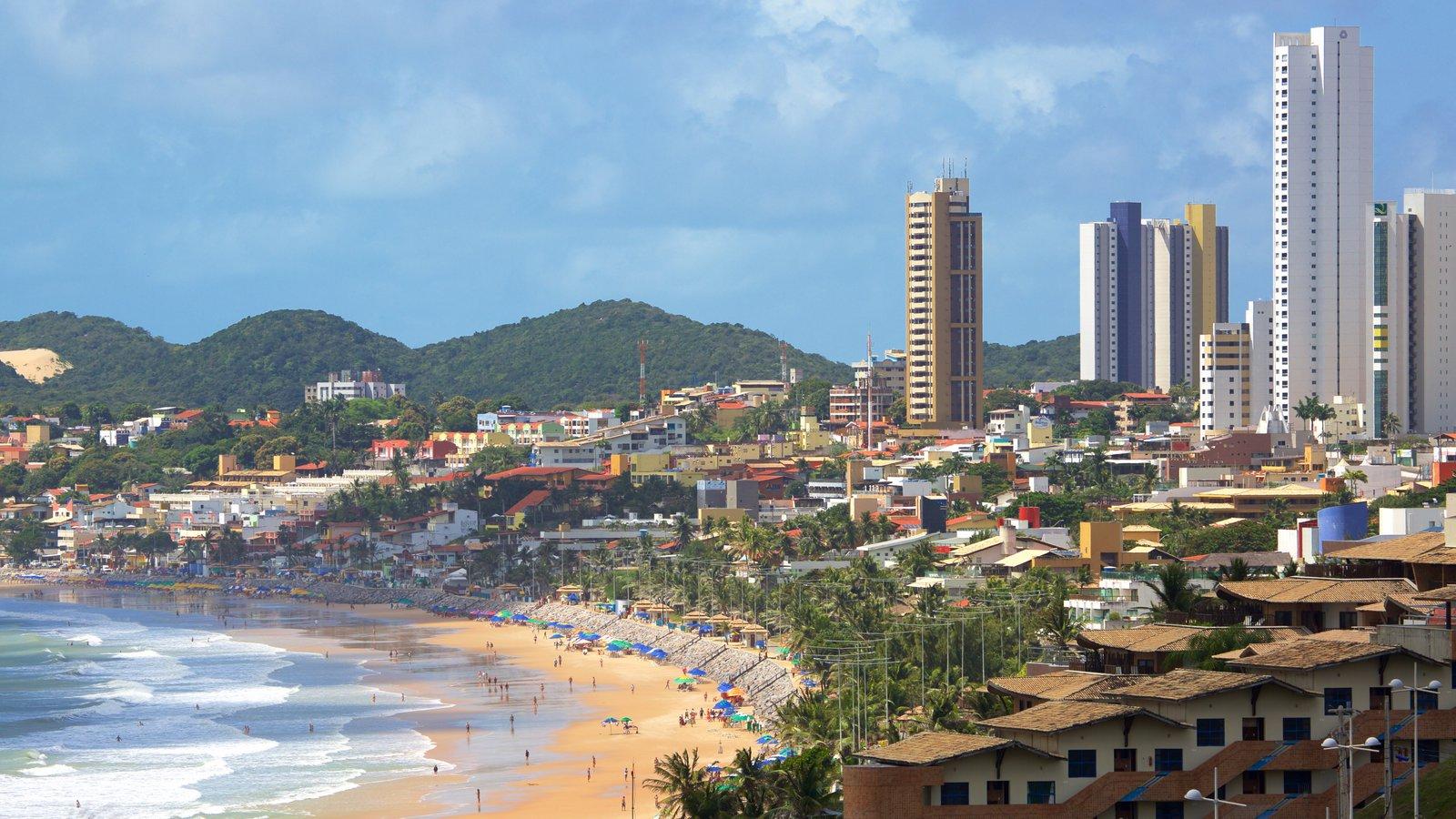 Praia de Ponta Negra caracterizando uma praia, um edifício e uma cidade litorânea