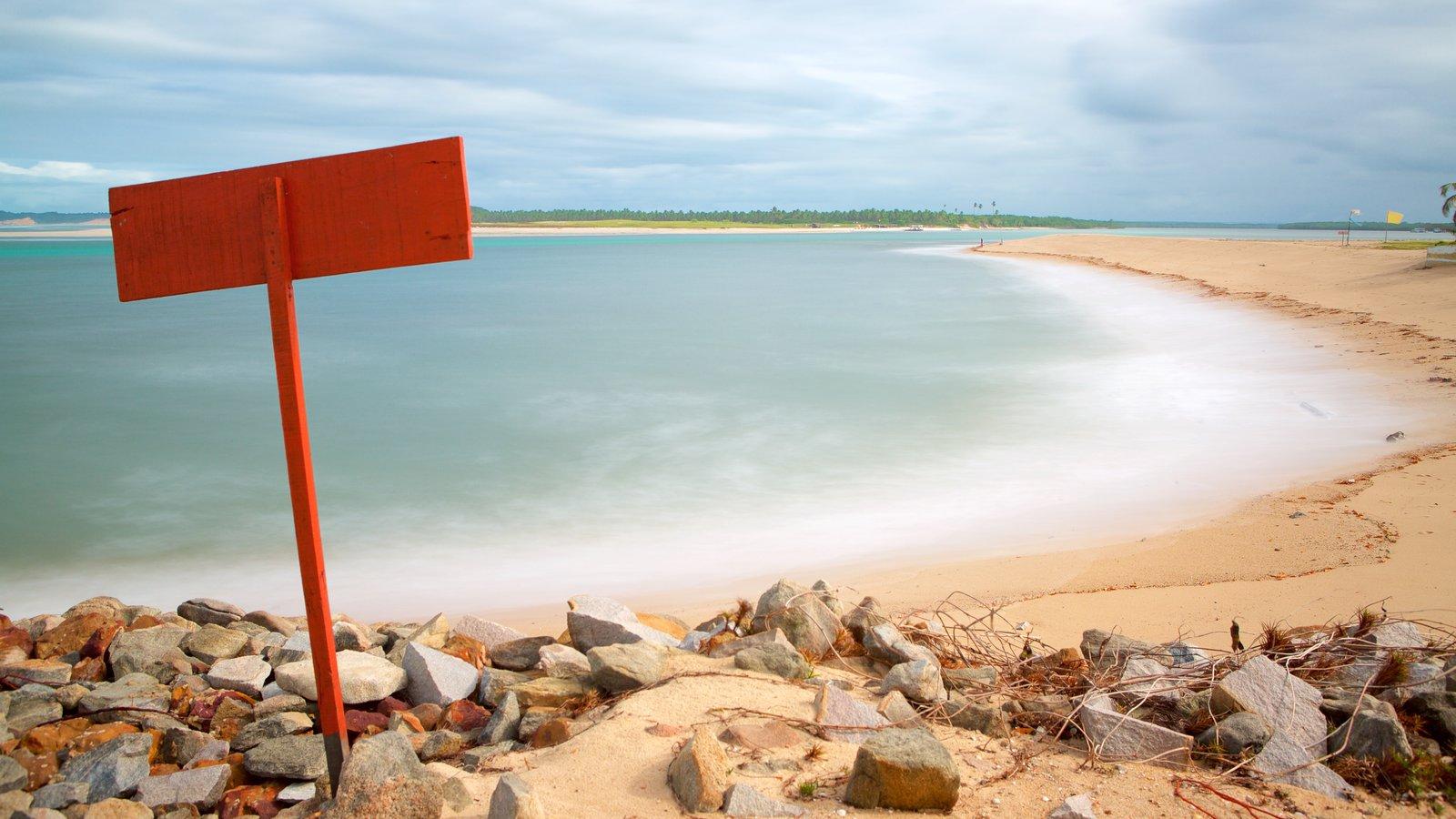 Barra do Cunhaú caracterizando paisagens litorâneas, uma praia de areia e litoral acidentado