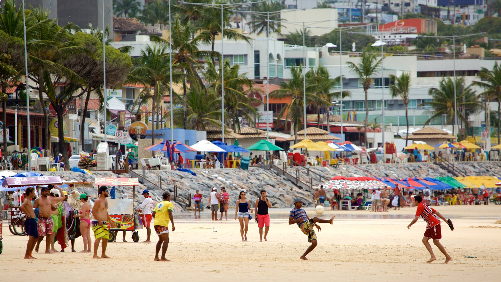 Praia de Ponta Negra que inclui paisagens litorâneas, uma praia e uma cidade litorânea