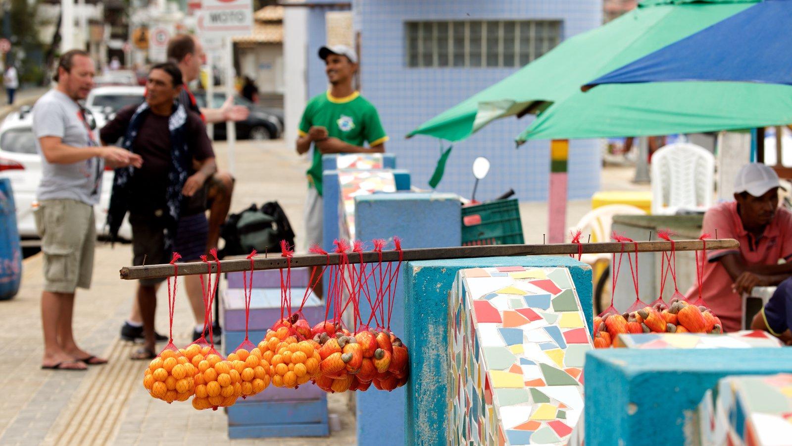Praia de Ponta Negra mostrando comida assim como um pequeno grupo de pessoas