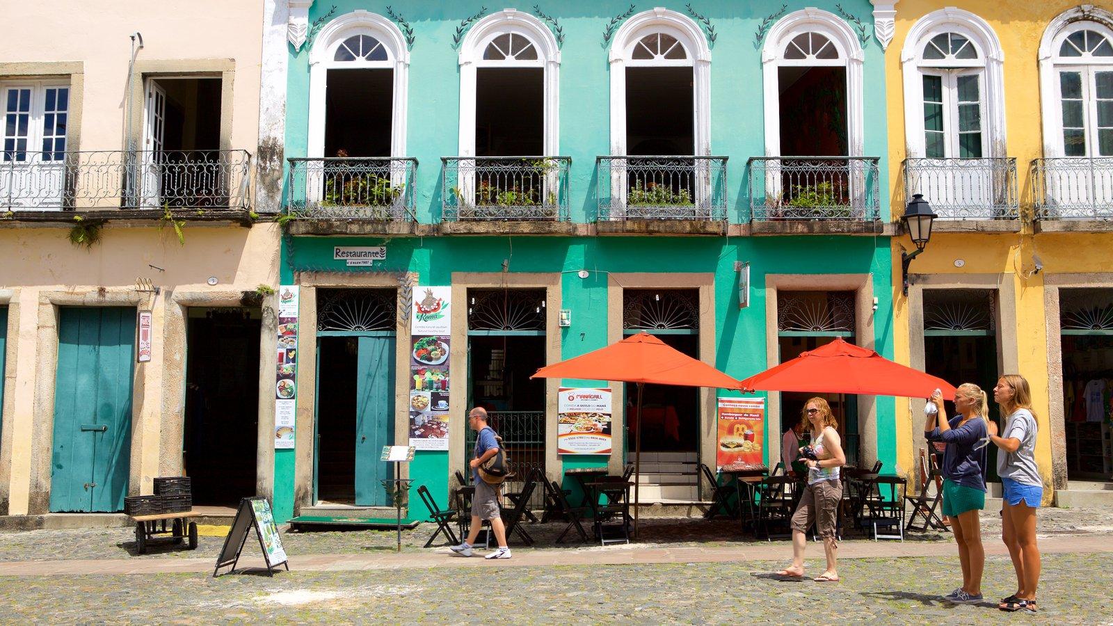 Pelourinho que inclui cenas de rua e uma estátua ou escultura assim como um pequeno grupo de pessoas