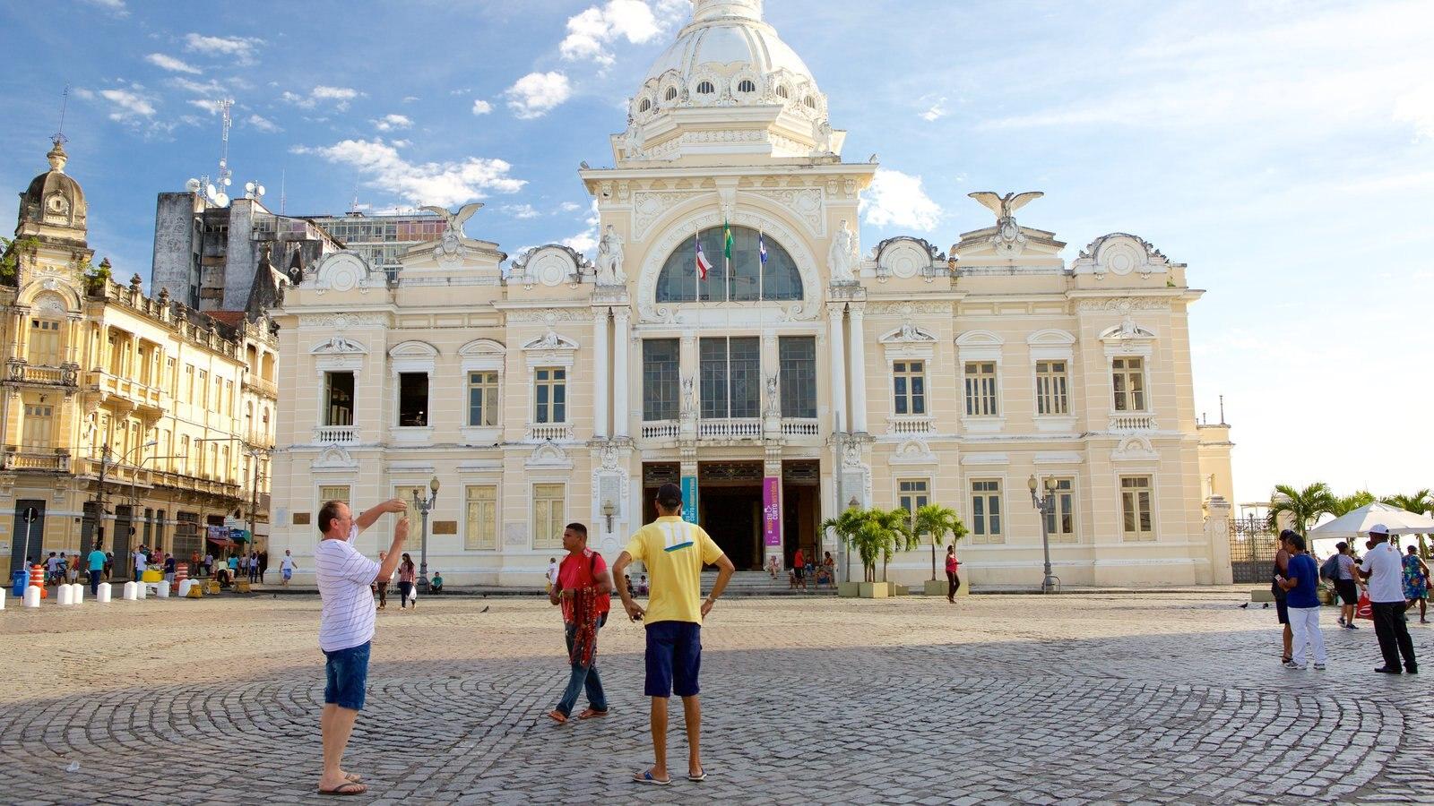 Salvador caracterizando um edifício administrativo e uma praça ou plaza assim como um pequeno grupo de pessoas