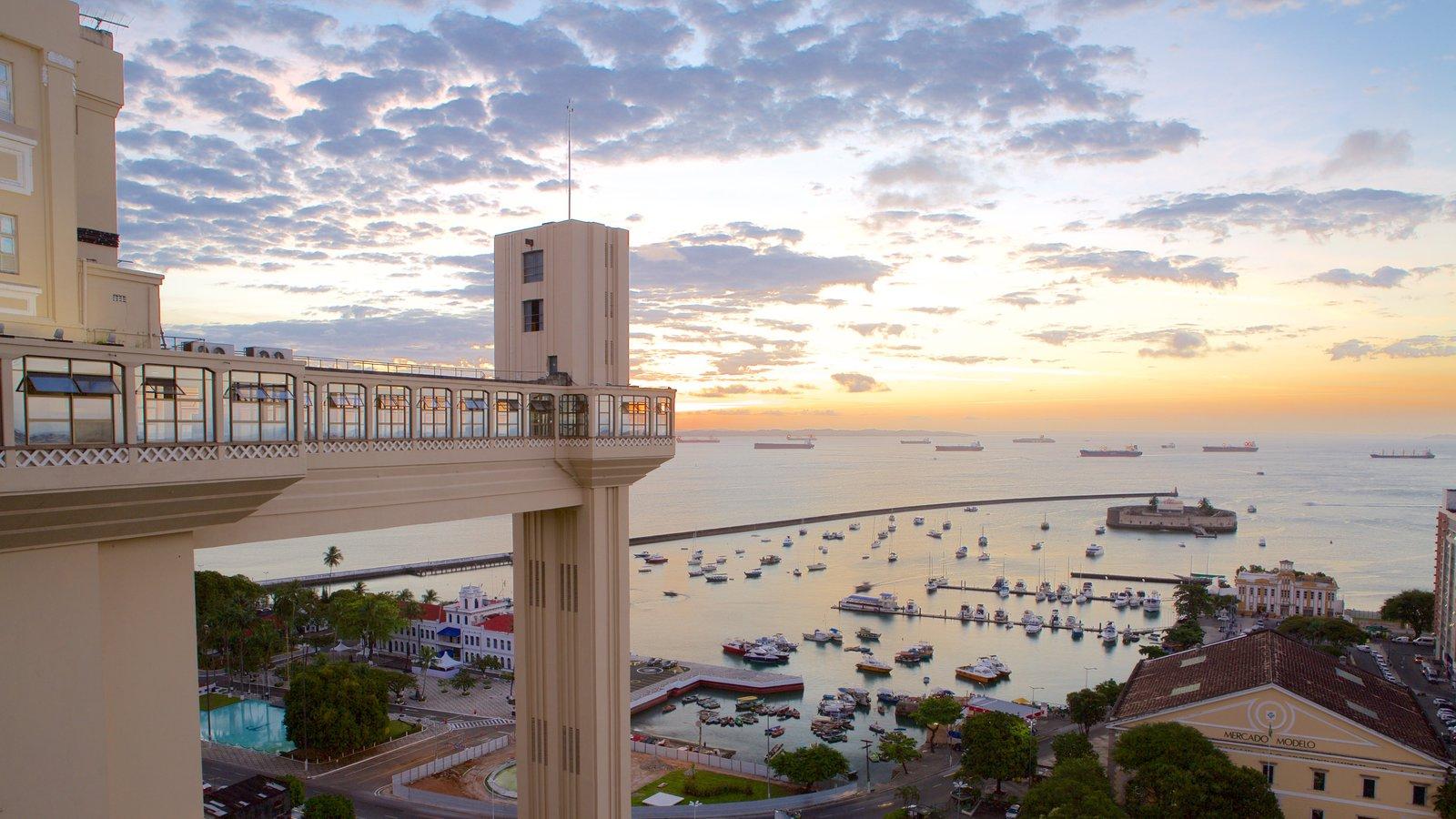 Salvador que inclui uma cidade litorânea, paisagens litorâneas e uma marina