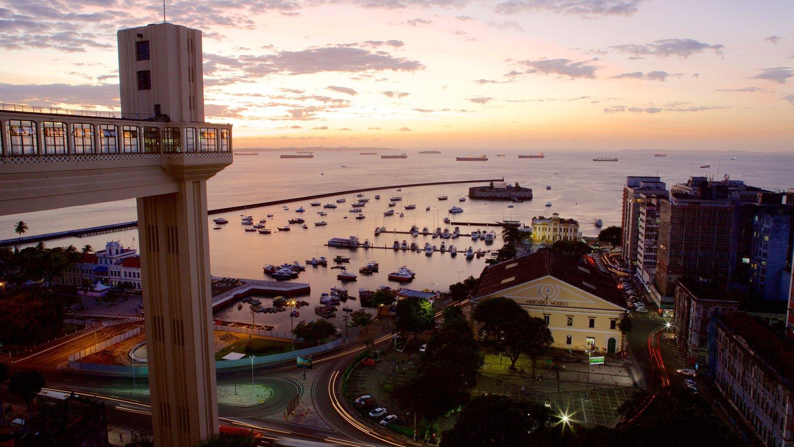 Salvador mostrando uma marina, paisagens litorâneas e uma cidade litorânea