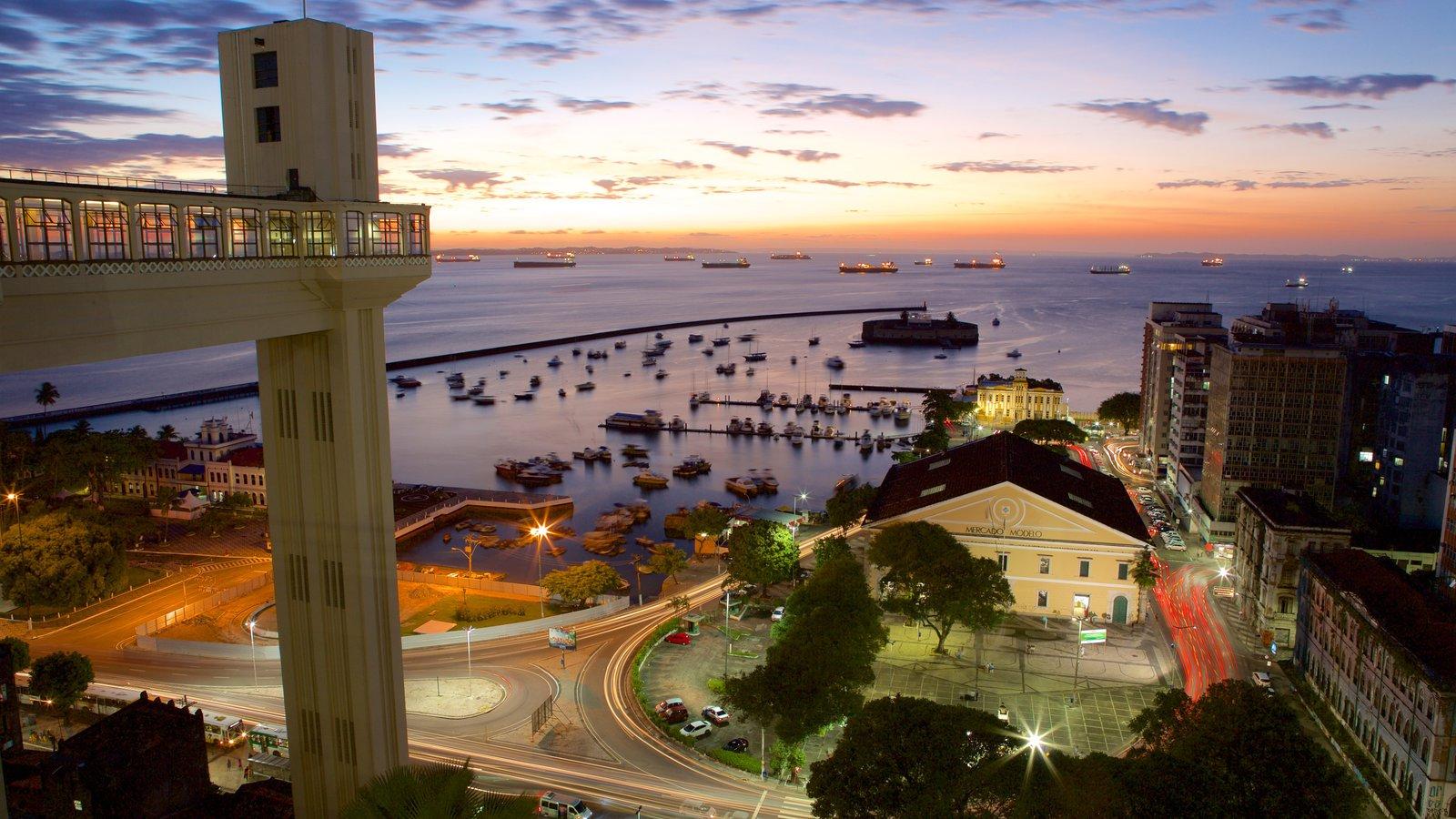 Salvador caracterizando paisagens litorâneas, uma cidade litorânea e uma marina