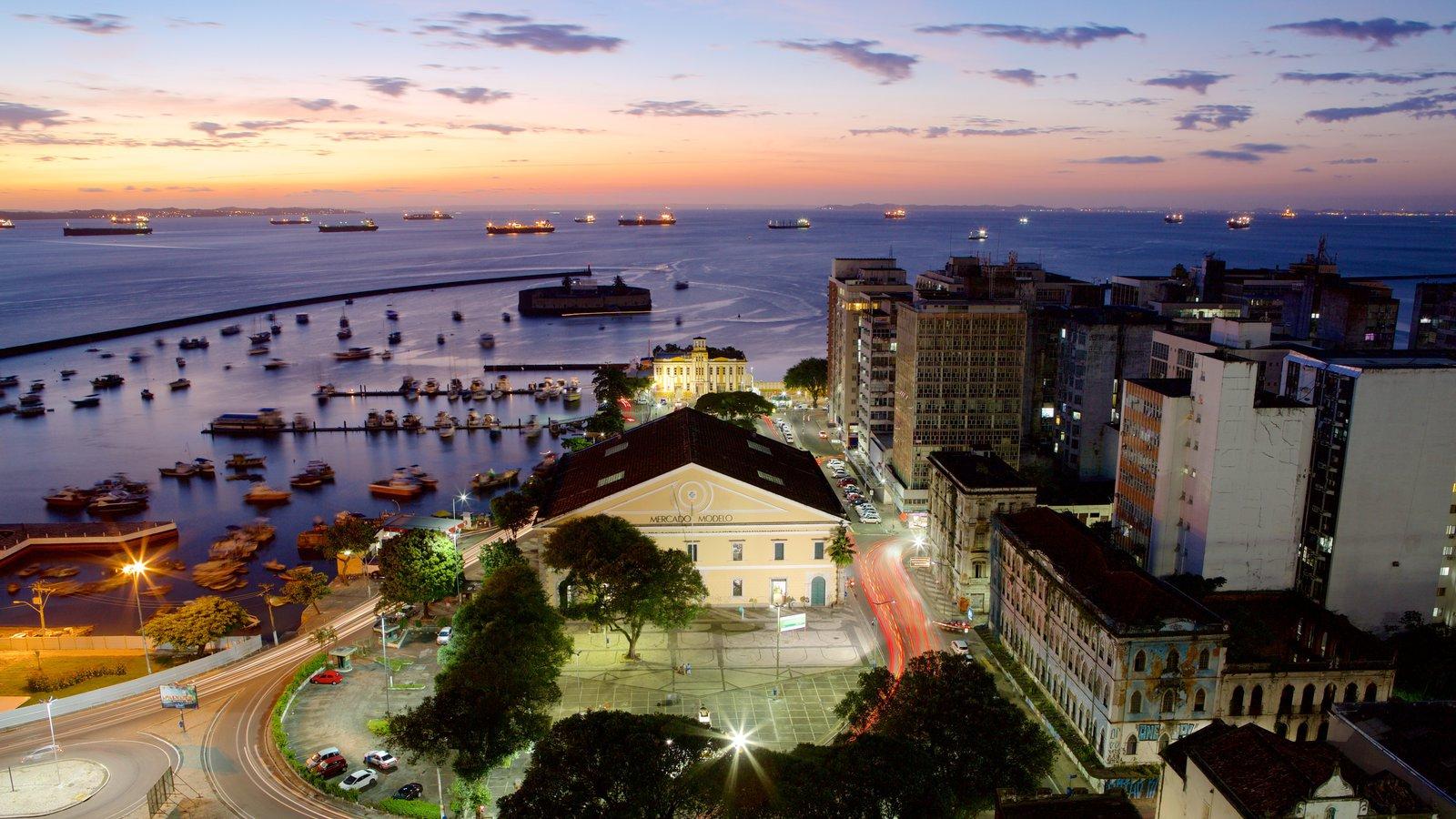 Salvador caracterizando um pôr do sol, paisagens litorâneas e uma cidade litorânea