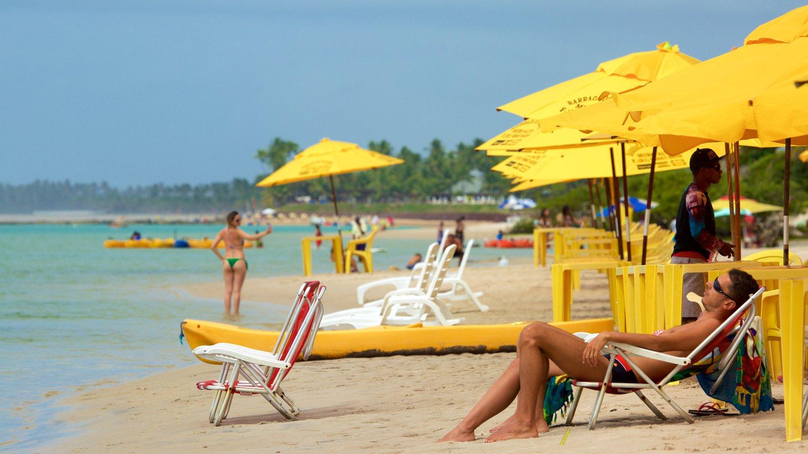 Ipojuca caracterizando paisagens litorâneas e uma praia de areia assim como um homem sozinho