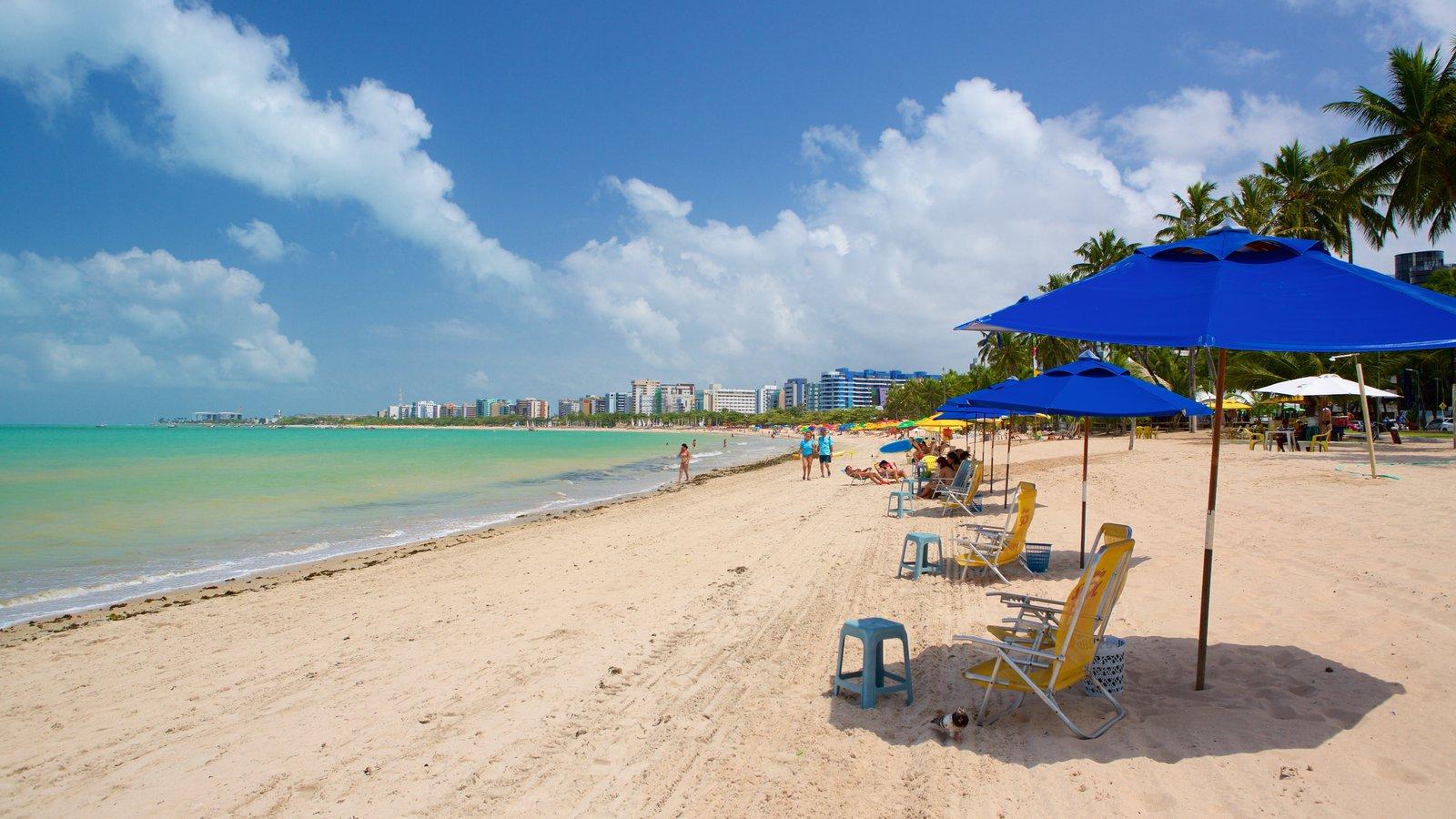 Praia de Pajuçara caracterizando uma praia, paisagens litorâneas e uma cidade litorânea