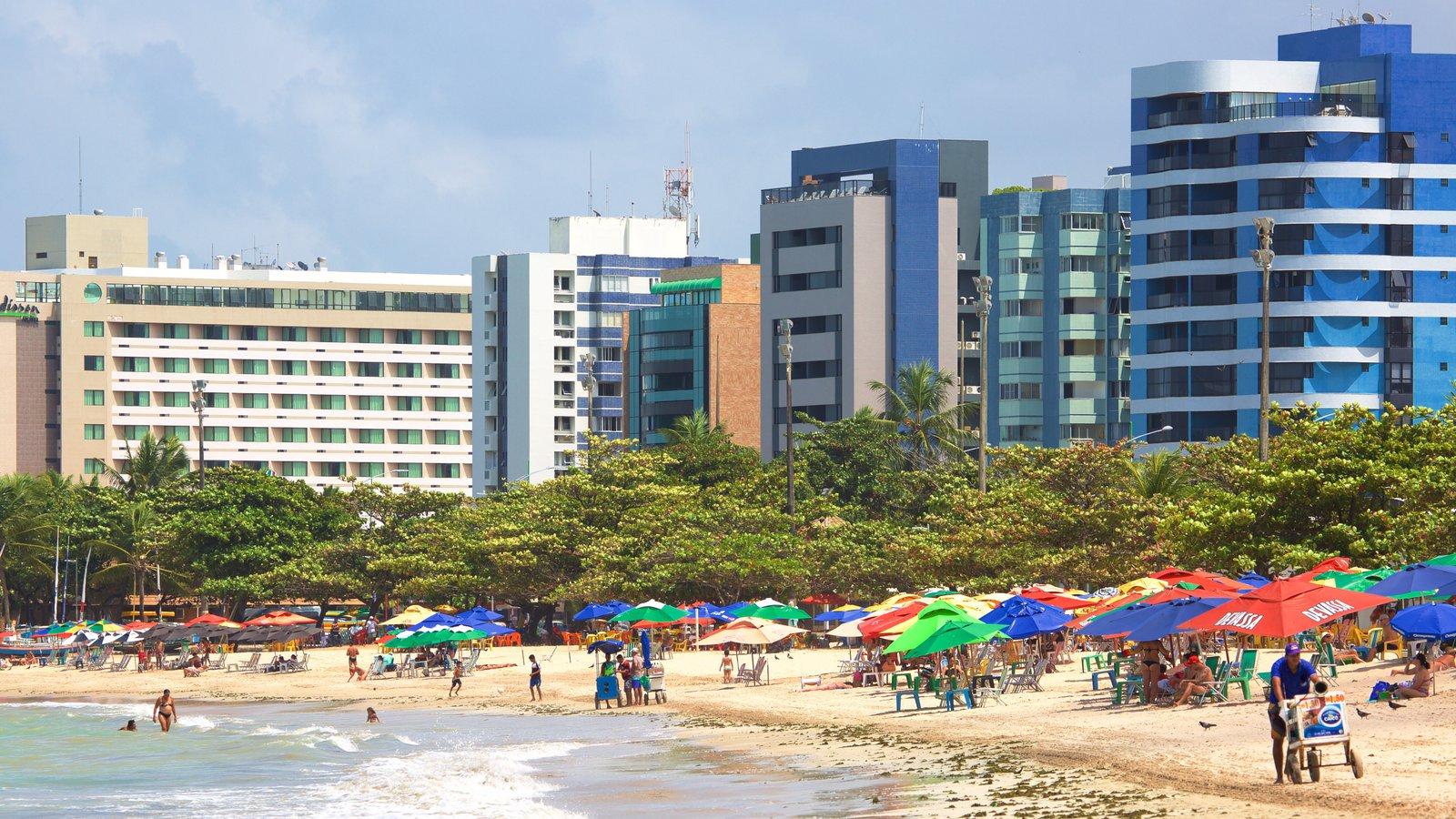 Praia de Pajuçara mostrando uma praia de areia, uma cidade litorânea e paisagens litorâneas