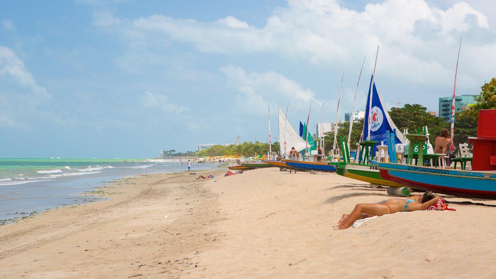 Praia de Pajuçara caracterizando paisagens litorâneas, uma praia de areia e vela