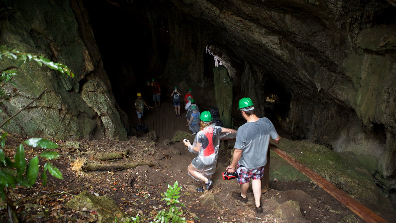Grutas de São Miguel mostrando cavernas assim como um pequeno grupo de pessoas