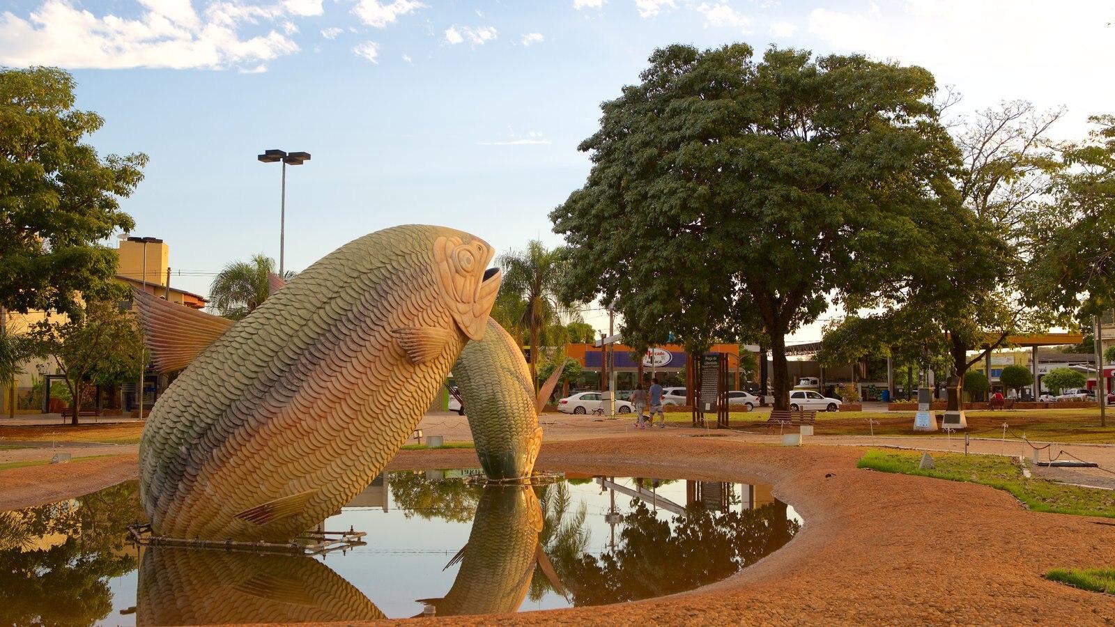 Praça Pública caracterizando um parque e uma estátua ou escultura