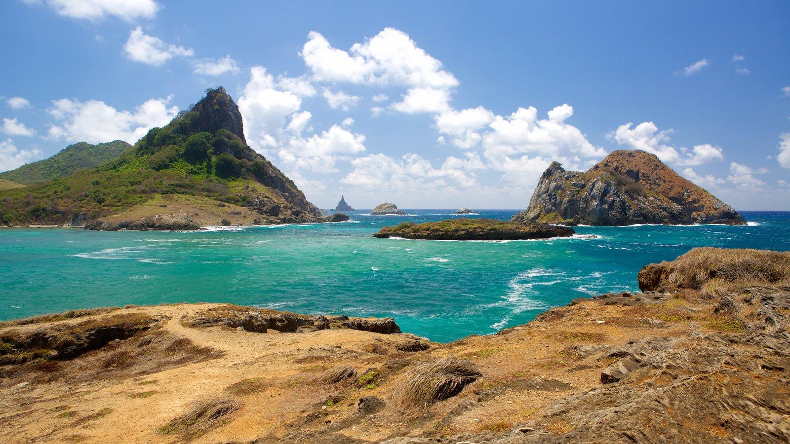 Fernando de Noronha que inclui montanhas, uma praia e paisagens litorâneas
