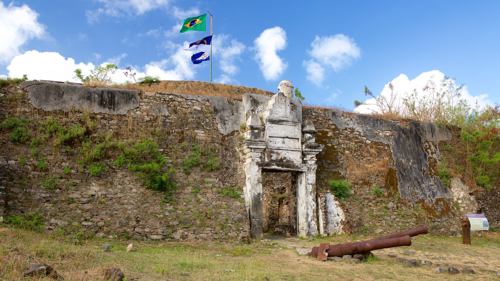 Forte dos Remédios caracterizando ruínas de edifício e itens militares
