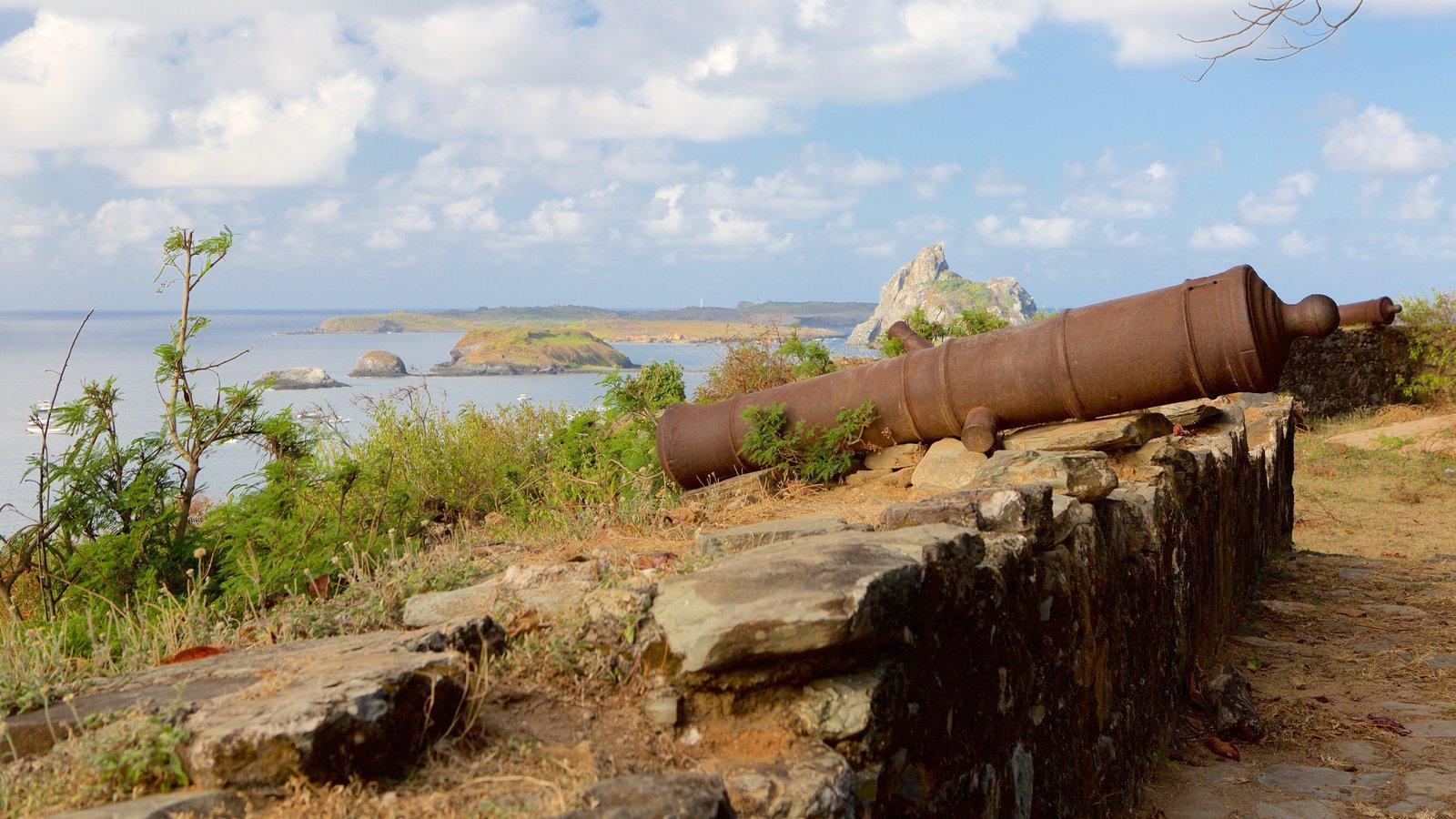 Forte dos Remédios que inclui itens militares, paisagens litorâneas e ruínas de edifício