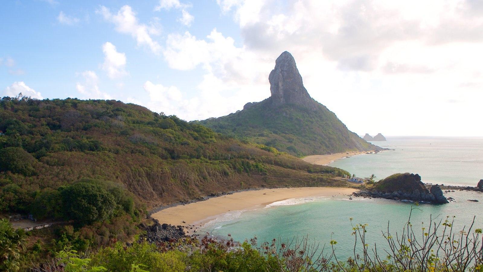 Forte dos Remédios caracterizando uma praia, paisagens litorâneas e montanhas