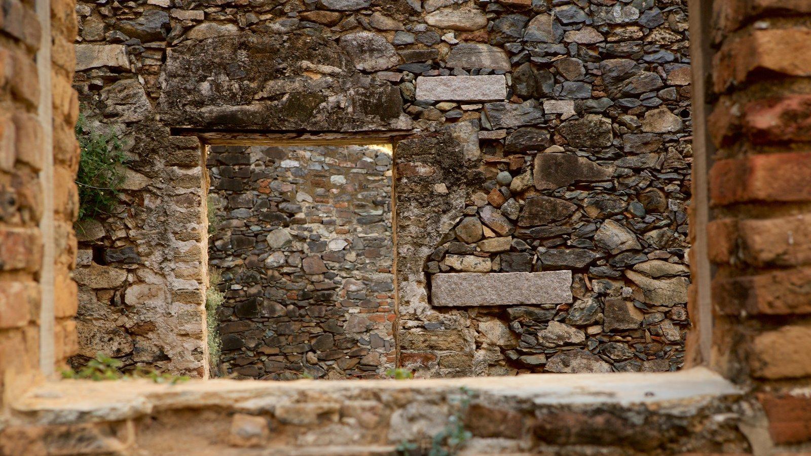 Forte dos Remédios que inclui ruínas de edifício
