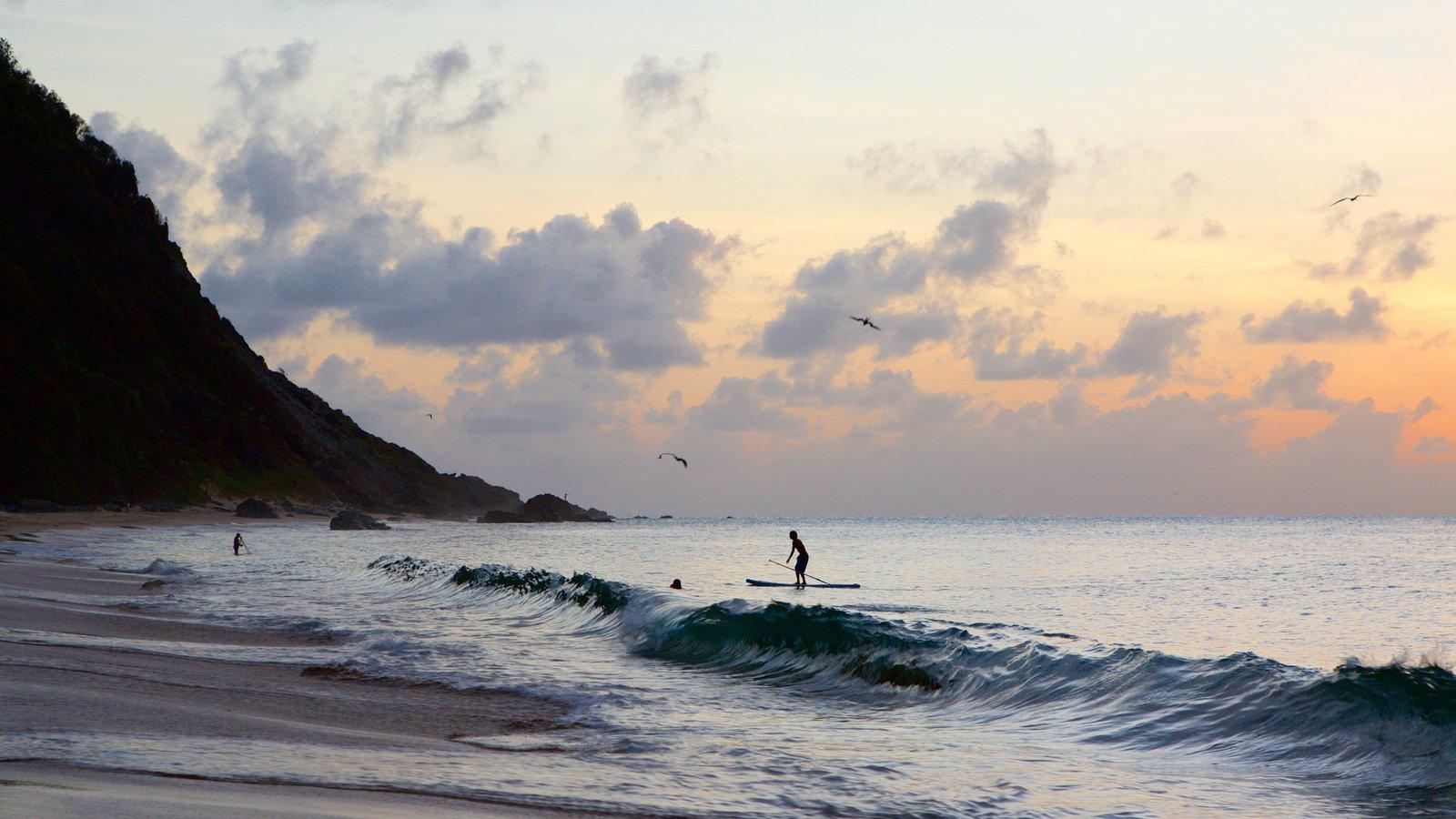 Praia da Conceição caracterizando ondas, uma praia e um pôr do sol