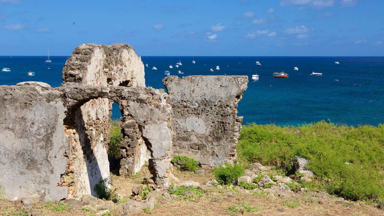 Ruínas do Forte de Santo Antônio que inclui ruínas de edifício e paisagens litorâneas