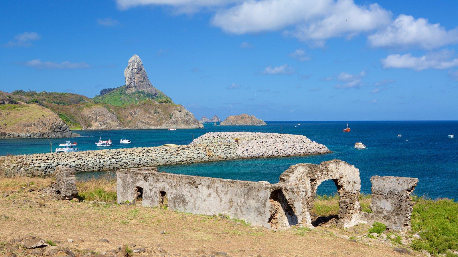 Ruínas do Forte de Santo Antônio caracterizando uma ruína e paisagens litorâneas