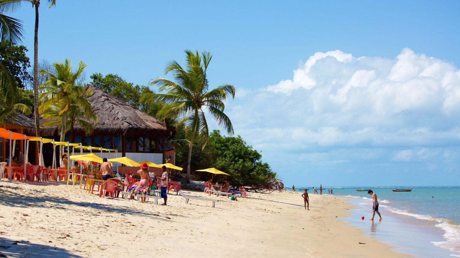 Praia do Mutá caracterizando uma praia de areia e paisagens litorâneas assim como um pequeno grupo de pessoas