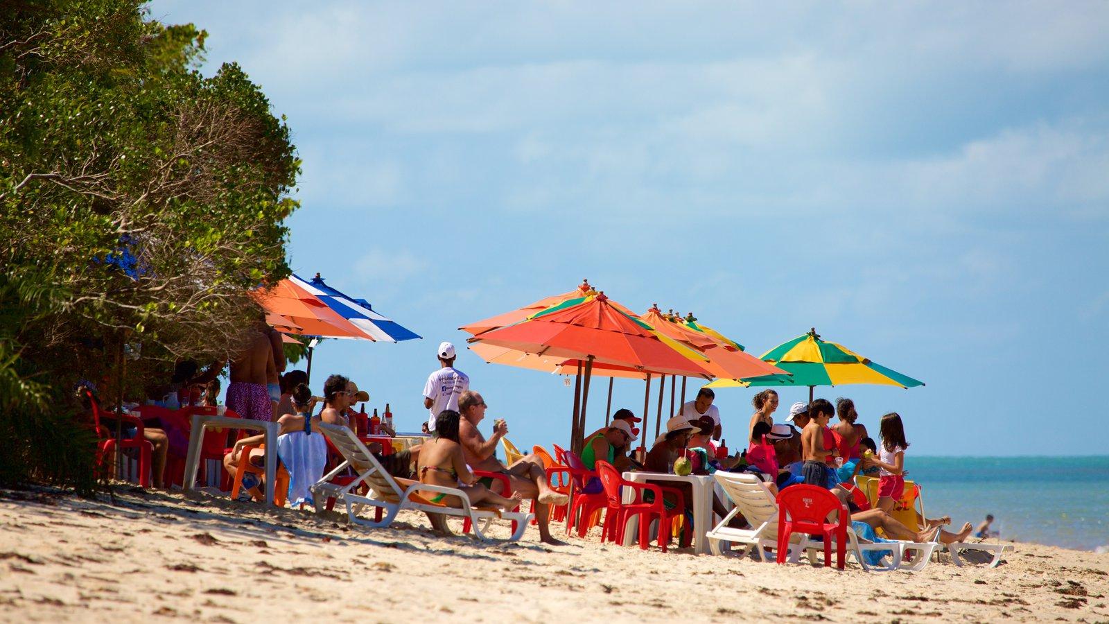 Praia do Mutá que inclui paisagens litorâneas e uma praia de areia assim como um grande grupo de pessoas
