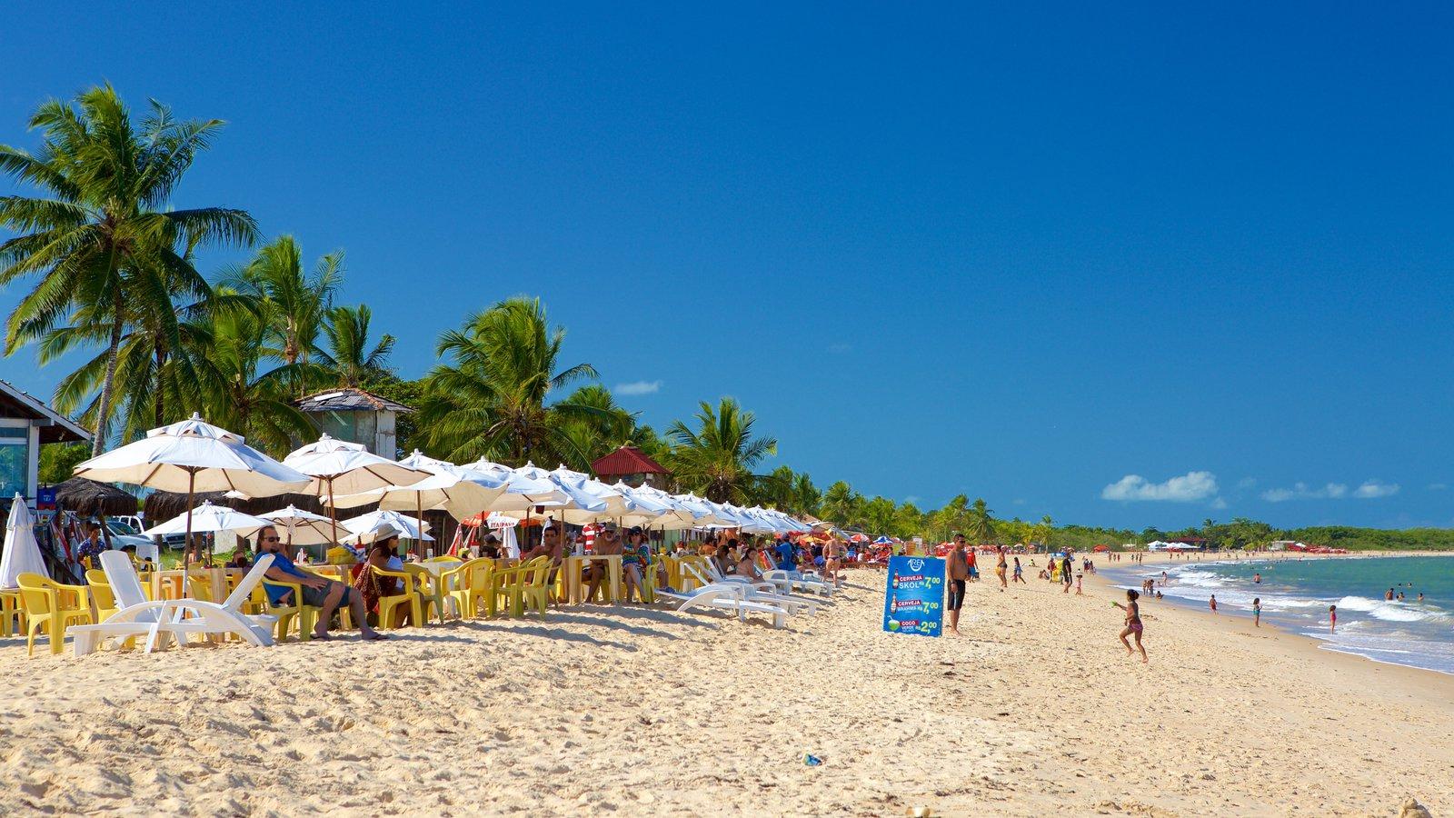 Praia de Taperapuã mostrando uma praia, um hotel de luxo ou resort e paisagens litorâneas