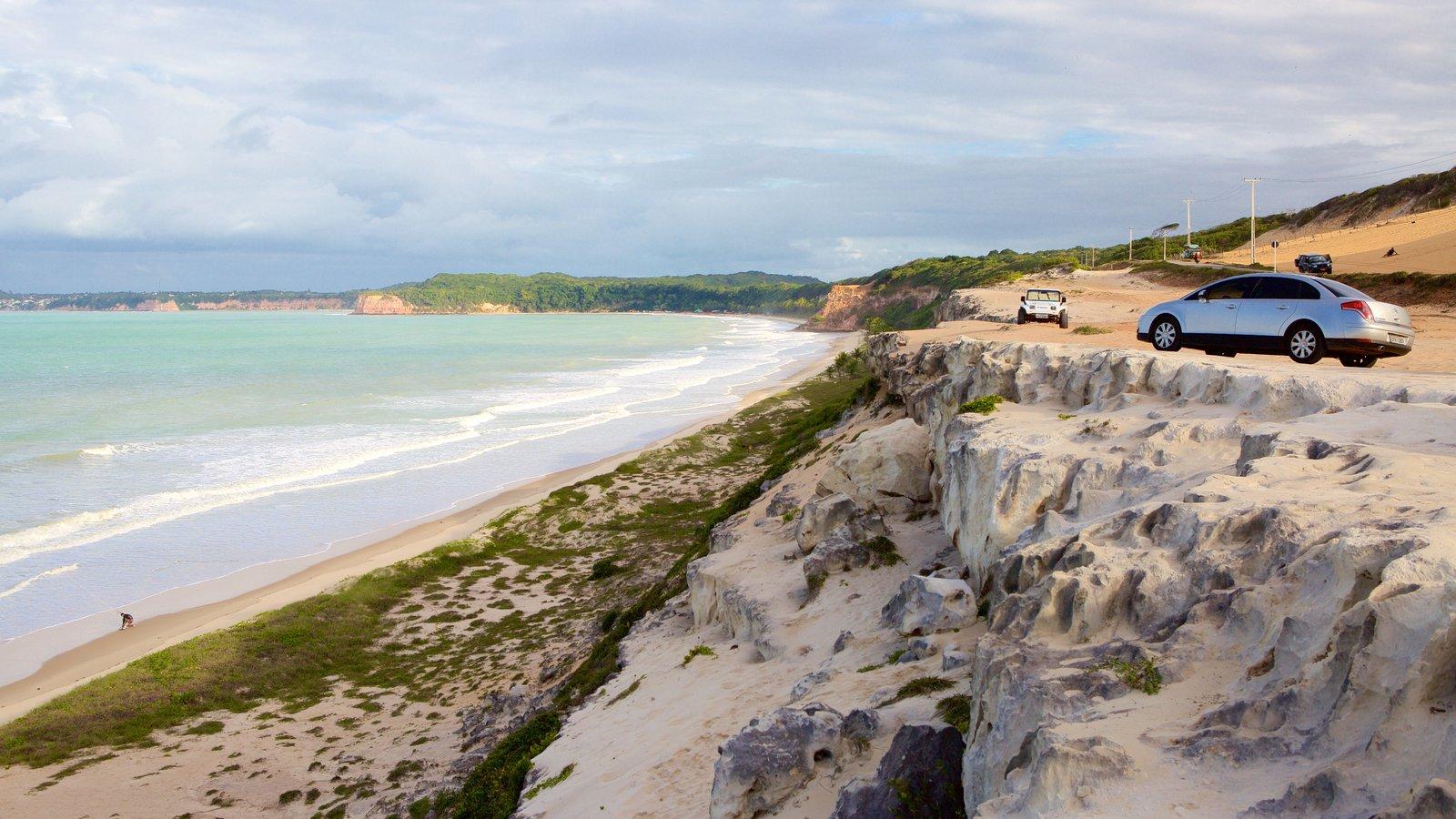 Pipa caracterizando paisagens litorâneas, uma praia e litoral acidentado