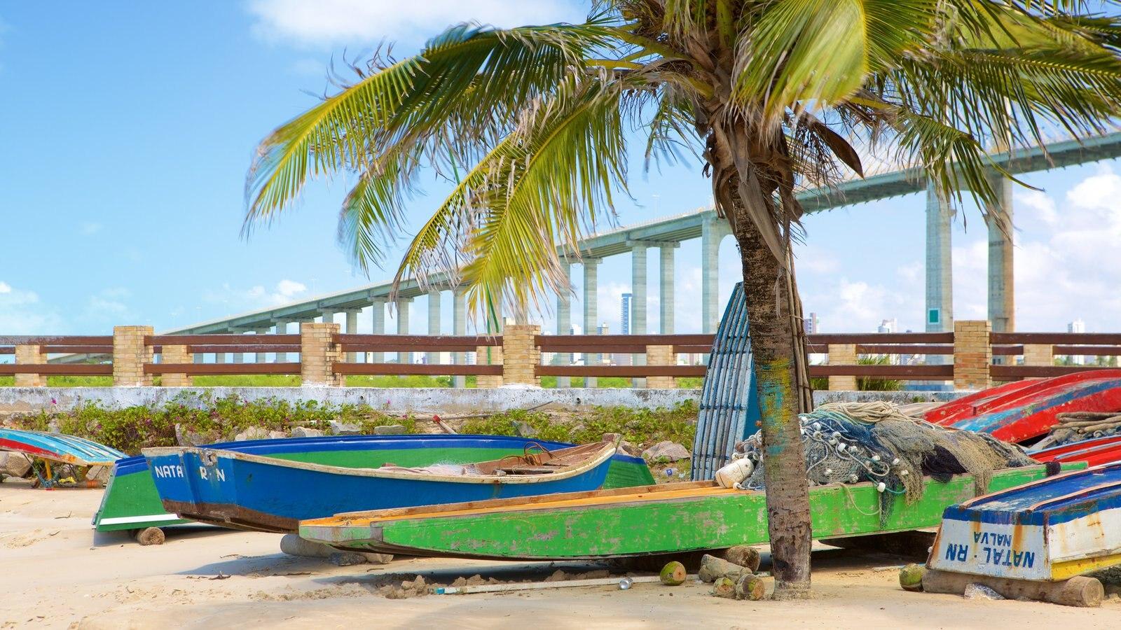 Praia da Redinha mostrando uma ponte, caiaque ou canoagem e uma praia de areia