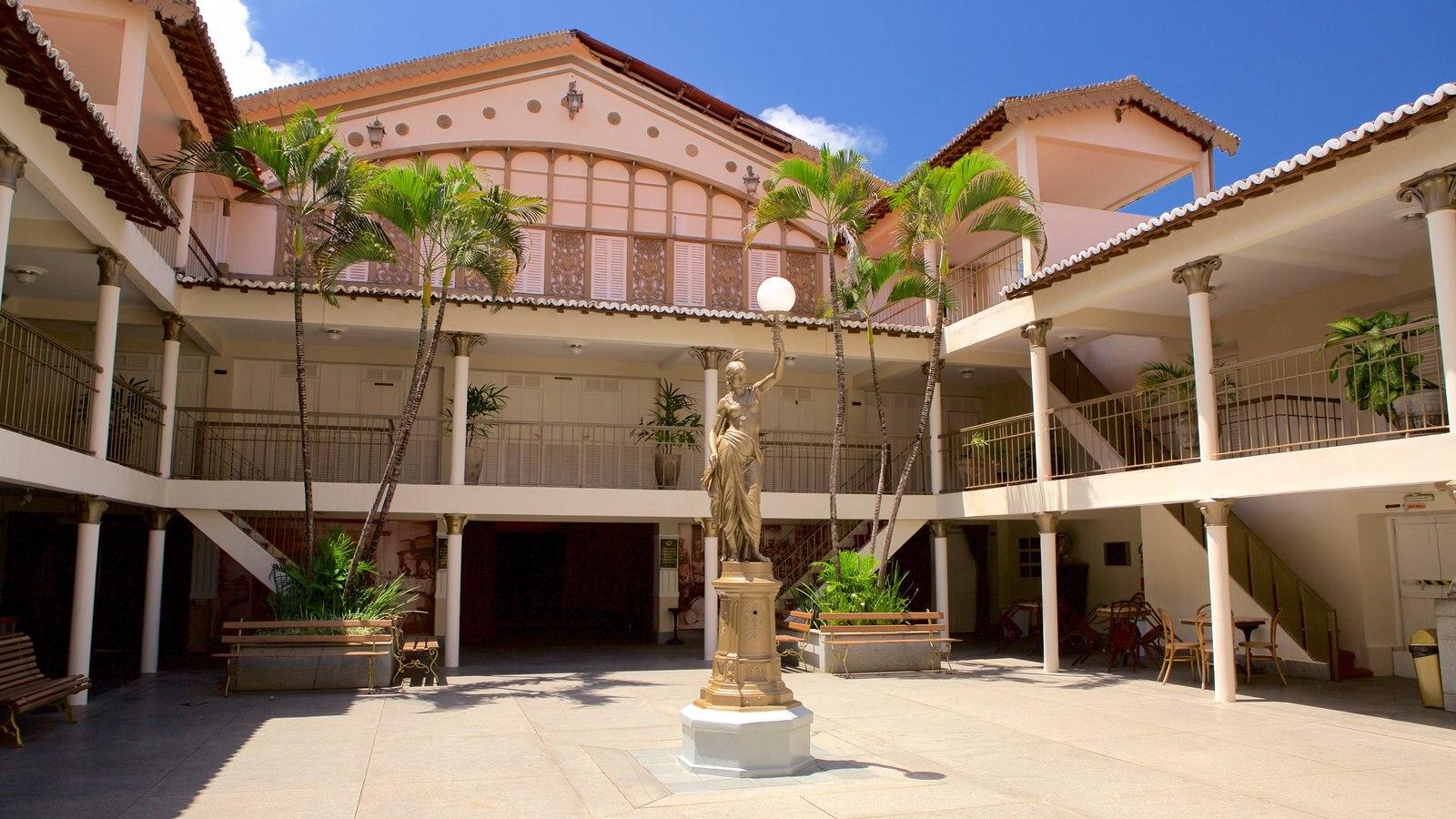 Teatro Alberto Maranhão que inclui cenas de teatro e uma estátua ou escultura