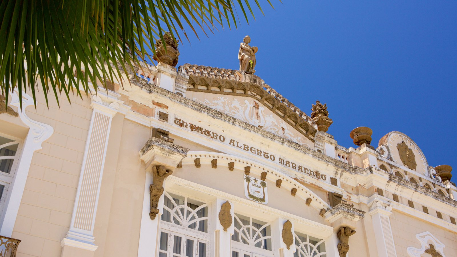 Teatro Alberto Maranhão caracterizando elementos de patrimônio e cenas de teatro