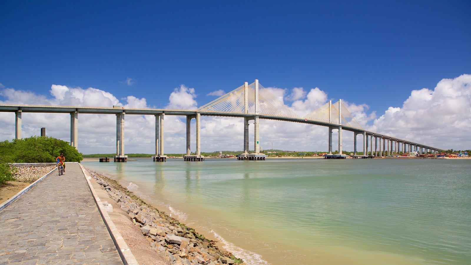 Ponte Newton Navarro mostrando paisagens litorâneas, uma baía ou porto e uma ponte
