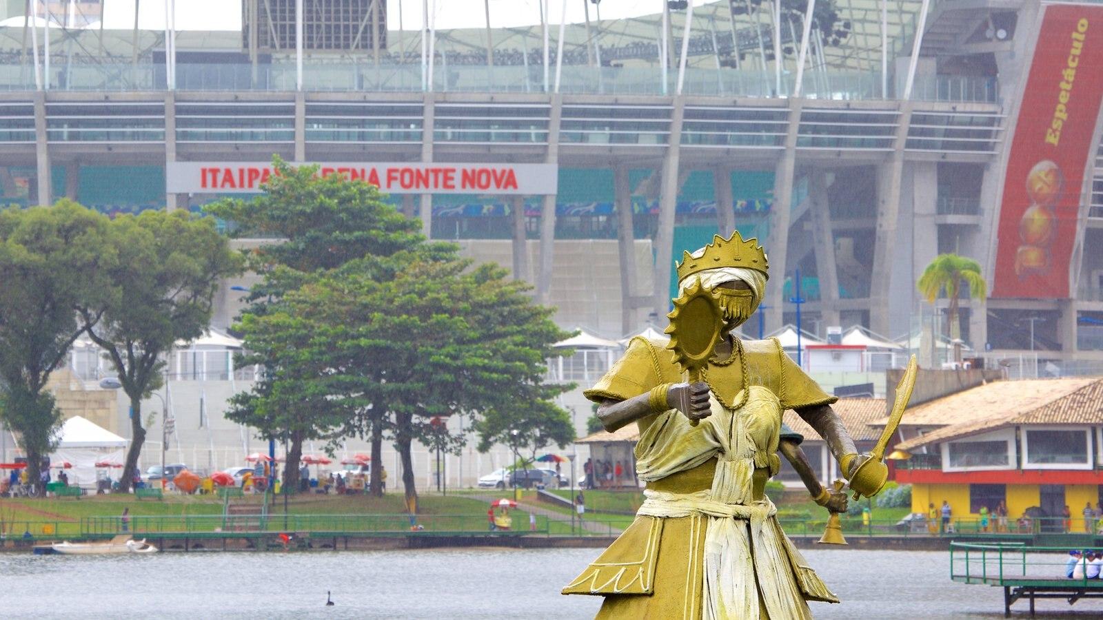 Estádio Fonte Nova caracterizando uma estátua ou escultura e um lago ou charco