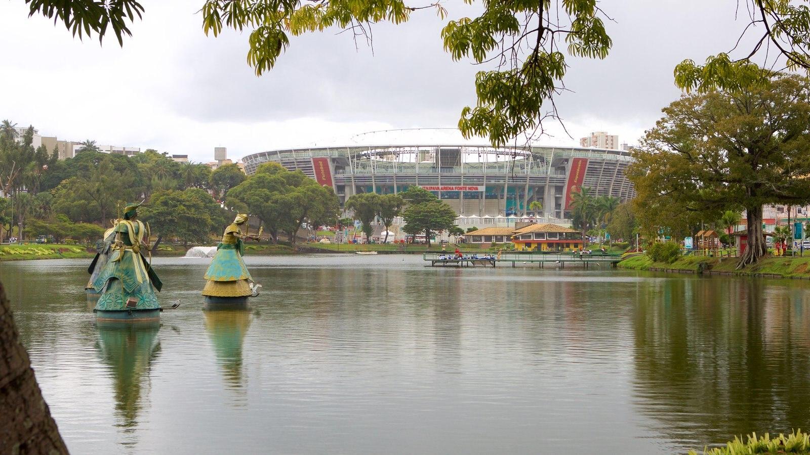 Estádio Fonte Nova que inclui um jardim, um lago ou charco e uma estátua ou escultura