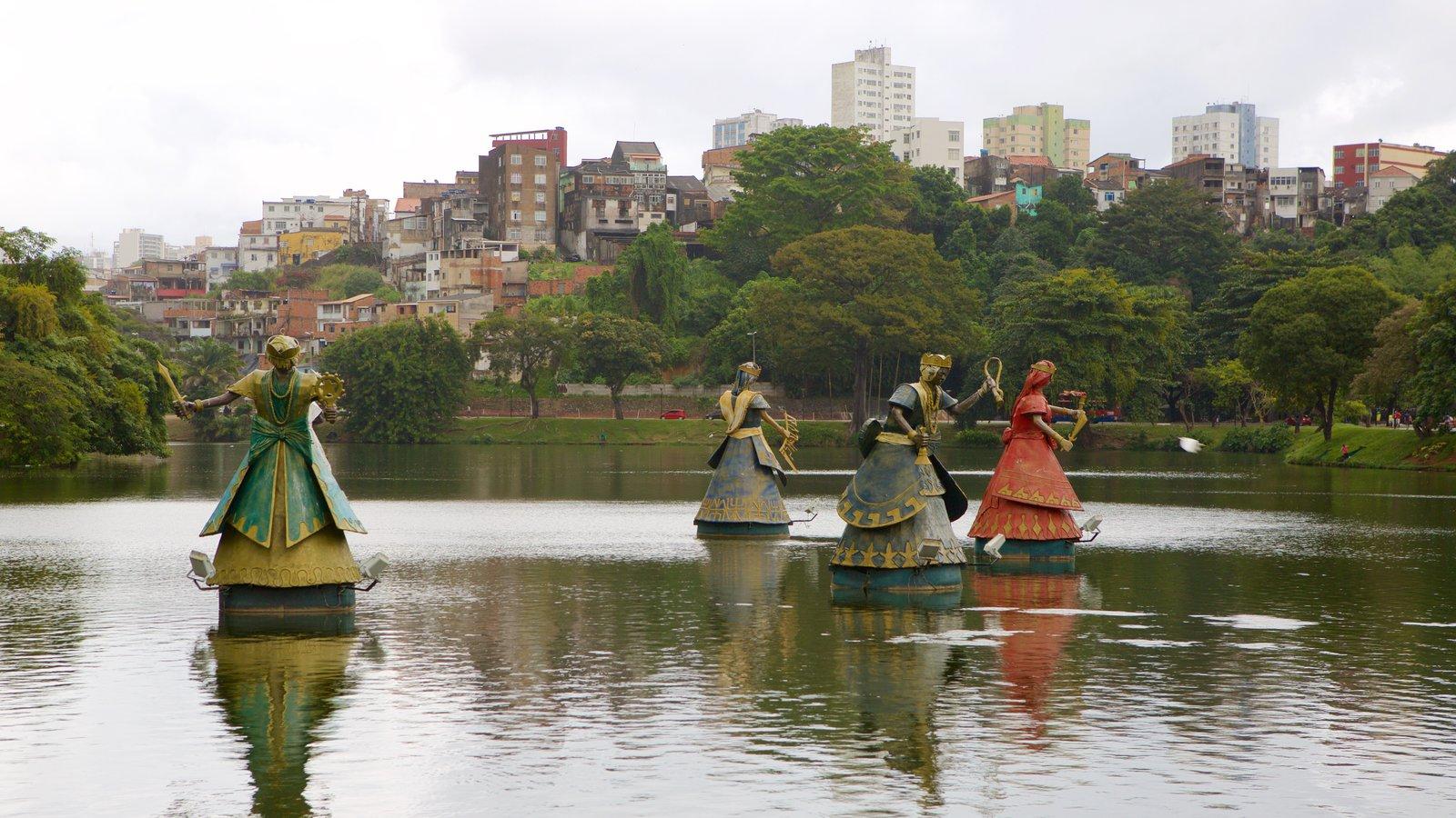 Estádio Fonte Nova caracterizando um parque, uma estátua ou escultura e um lago ou charco